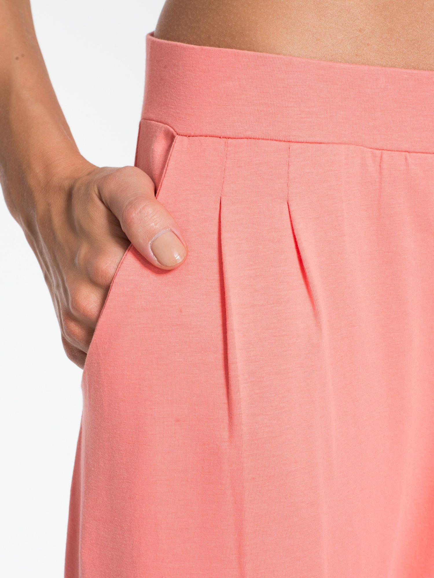 Jasnokoralowe spodnie dresowe typu baggy z guziczkami                                  zdj.                                  5
