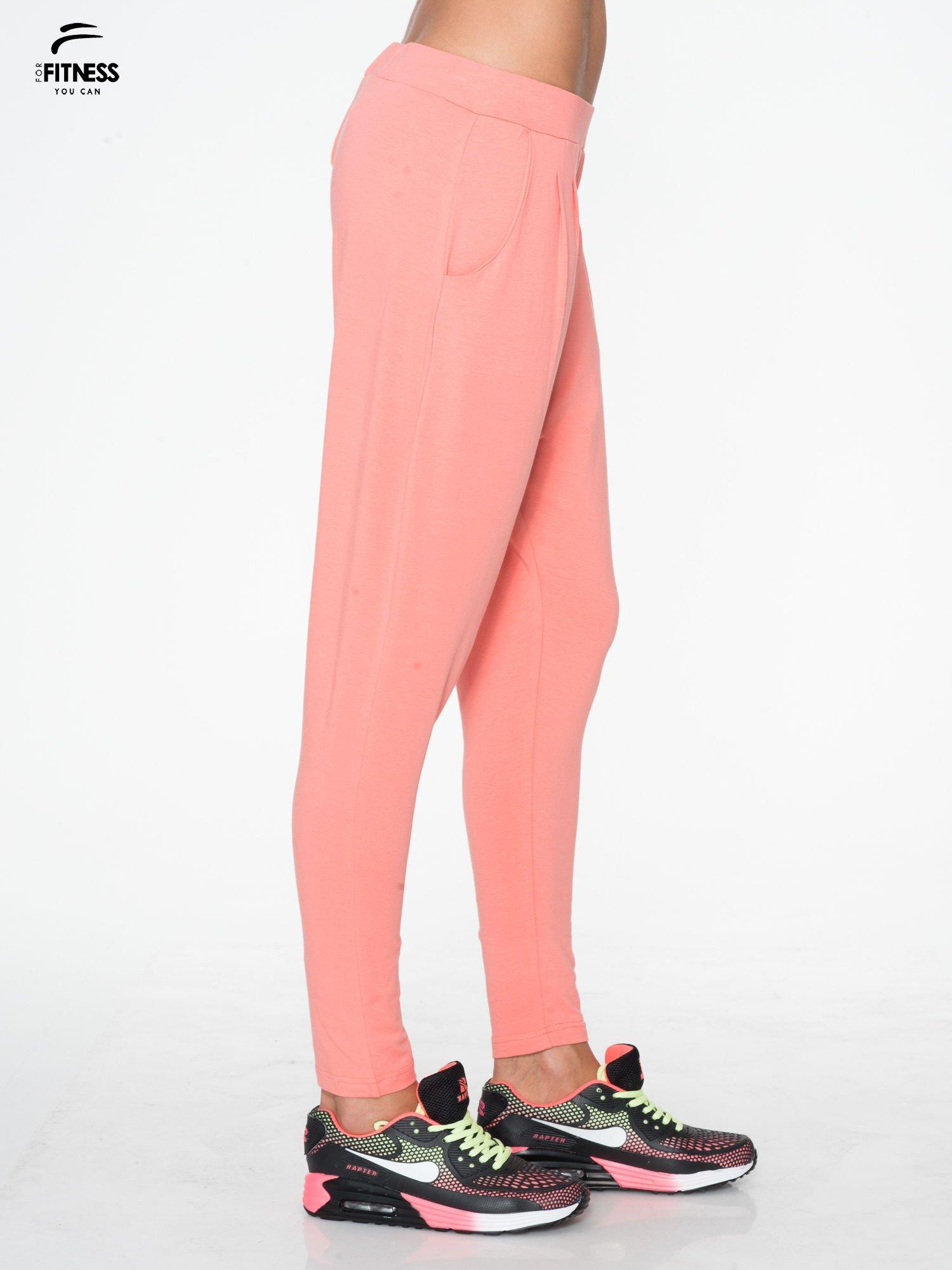Jasnokoralowe spodnie dresowe typu baggy z guziczkami                                  zdj.                                  2