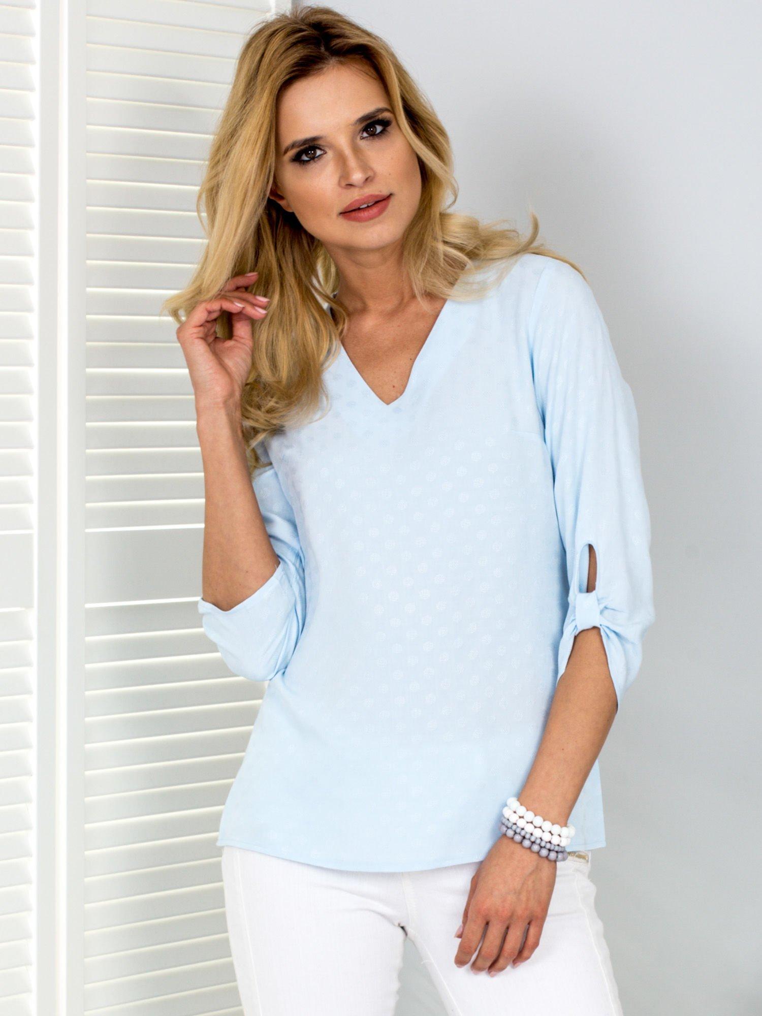 3e8d09ce80ad58 Jasnoniebieska bluzka V-neck w delikatny deseń - Bluzka na co dzień - sklep  eButik.pl