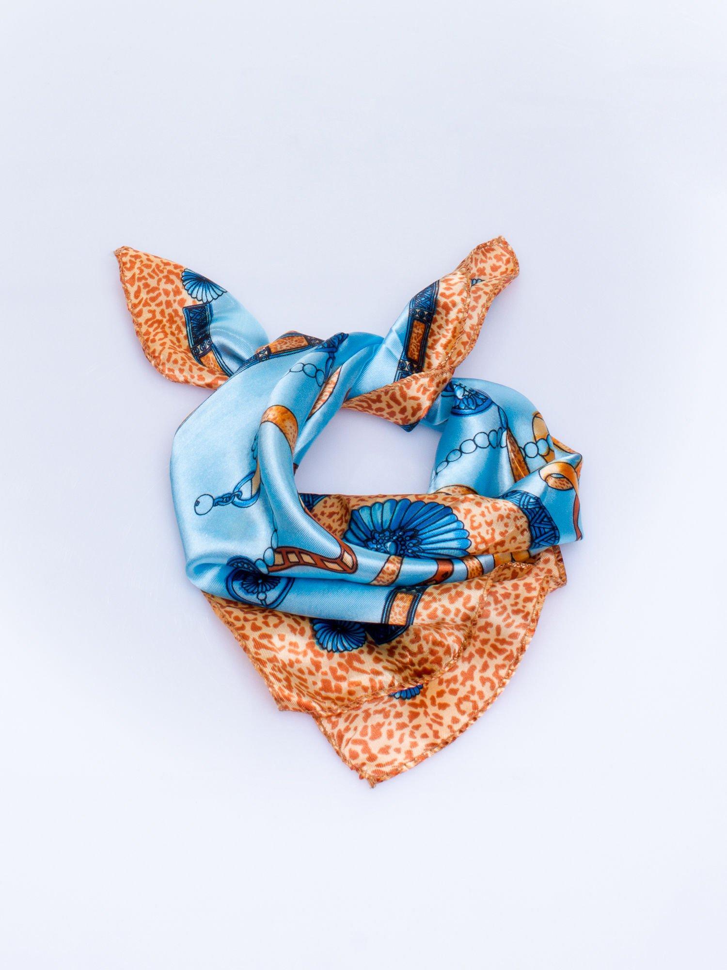 Jasnoniebieska chusta apaszka z kolorowym nadrukiem                                    zdj.                                  2