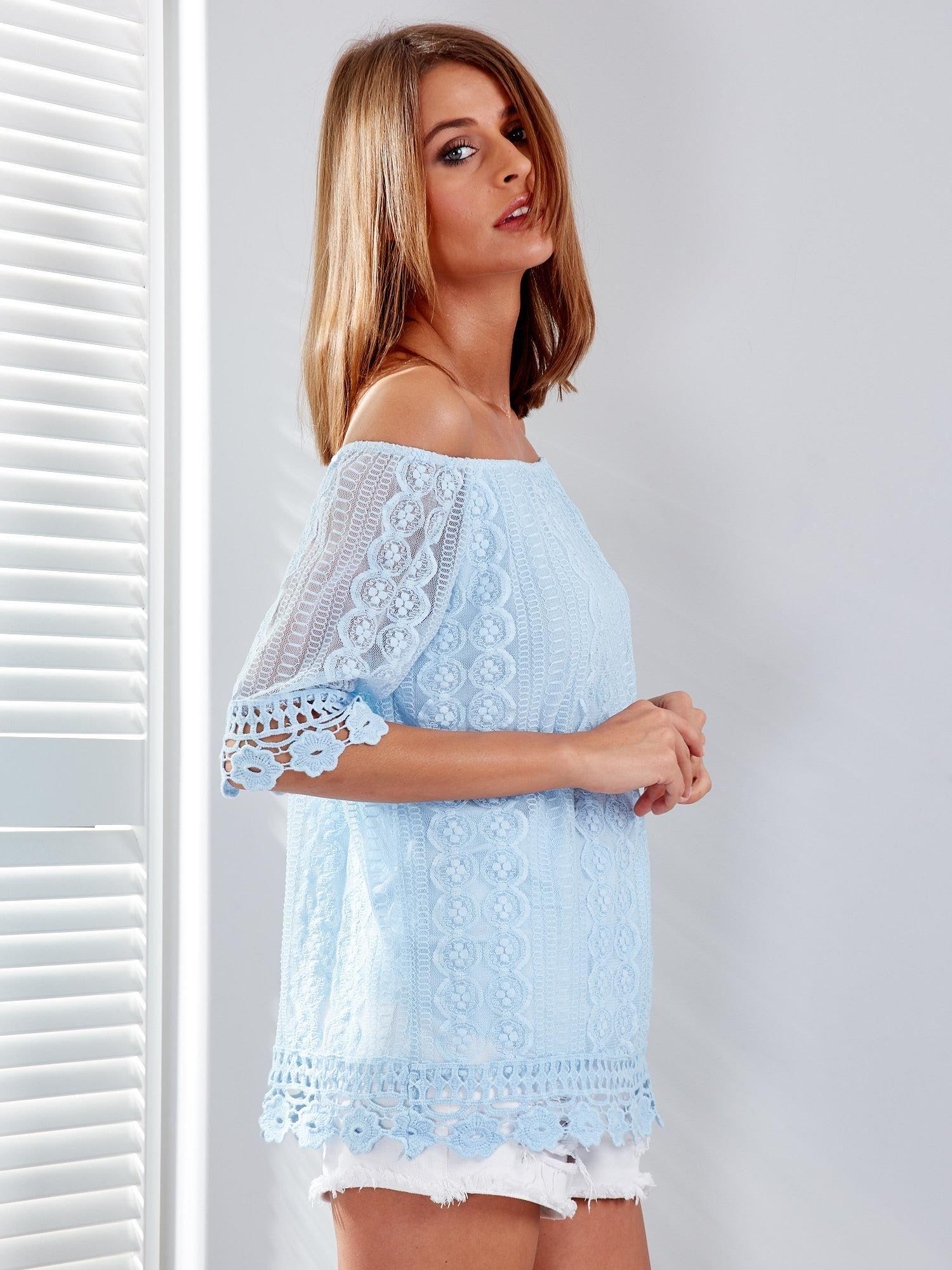 e53d4199af Jasnoniebieska koronkowa bluzka z dekoltem carmen - Bluzka one size ...