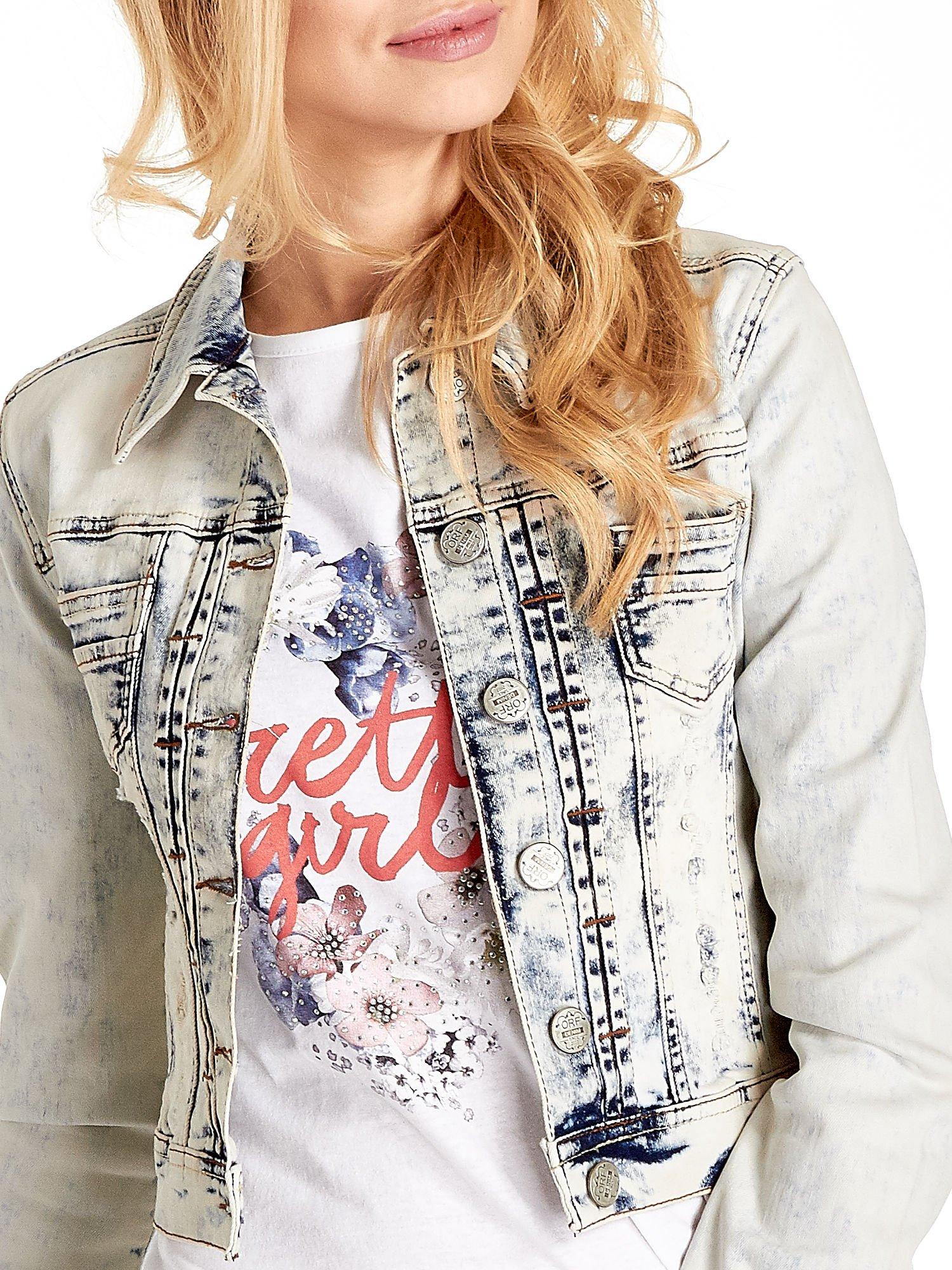 Jasnoniebieska kurtka jeansowa damska marmurkowa z kieszeniami                                  zdj.                                  5