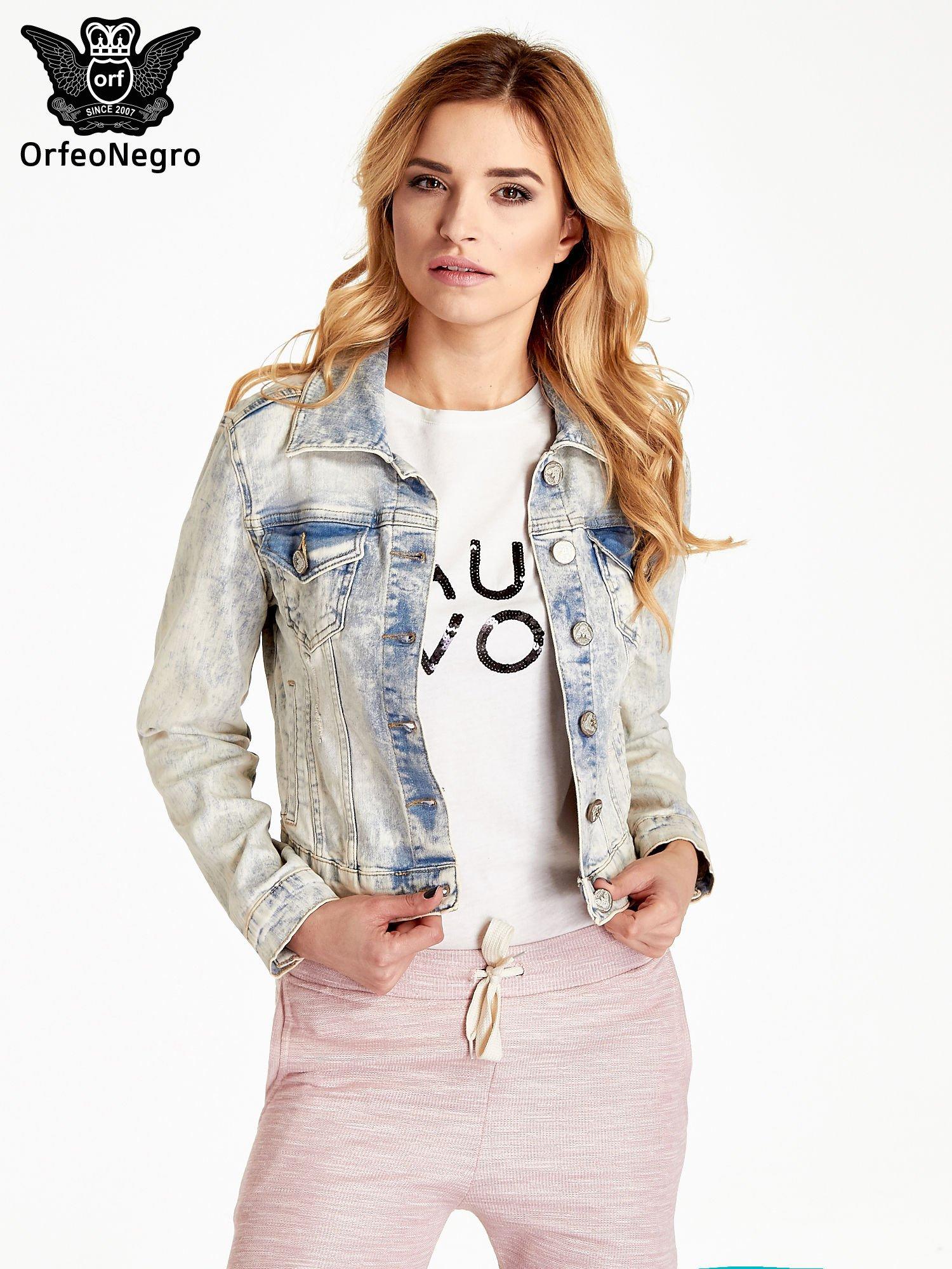 Jasnoniebieska kurtka jeansowa damska marmurkowa z kieszeniami na patki                                  zdj.                                  1