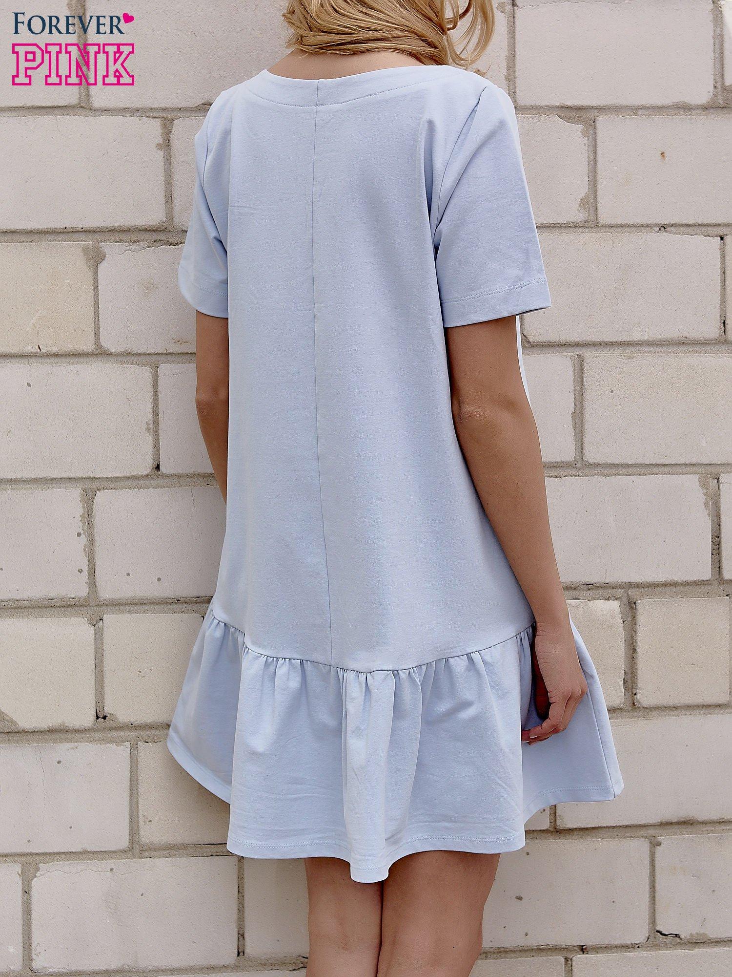 Jasnoniebieska sukienka dresowa z falbanami z boku                                  zdj.                                  3