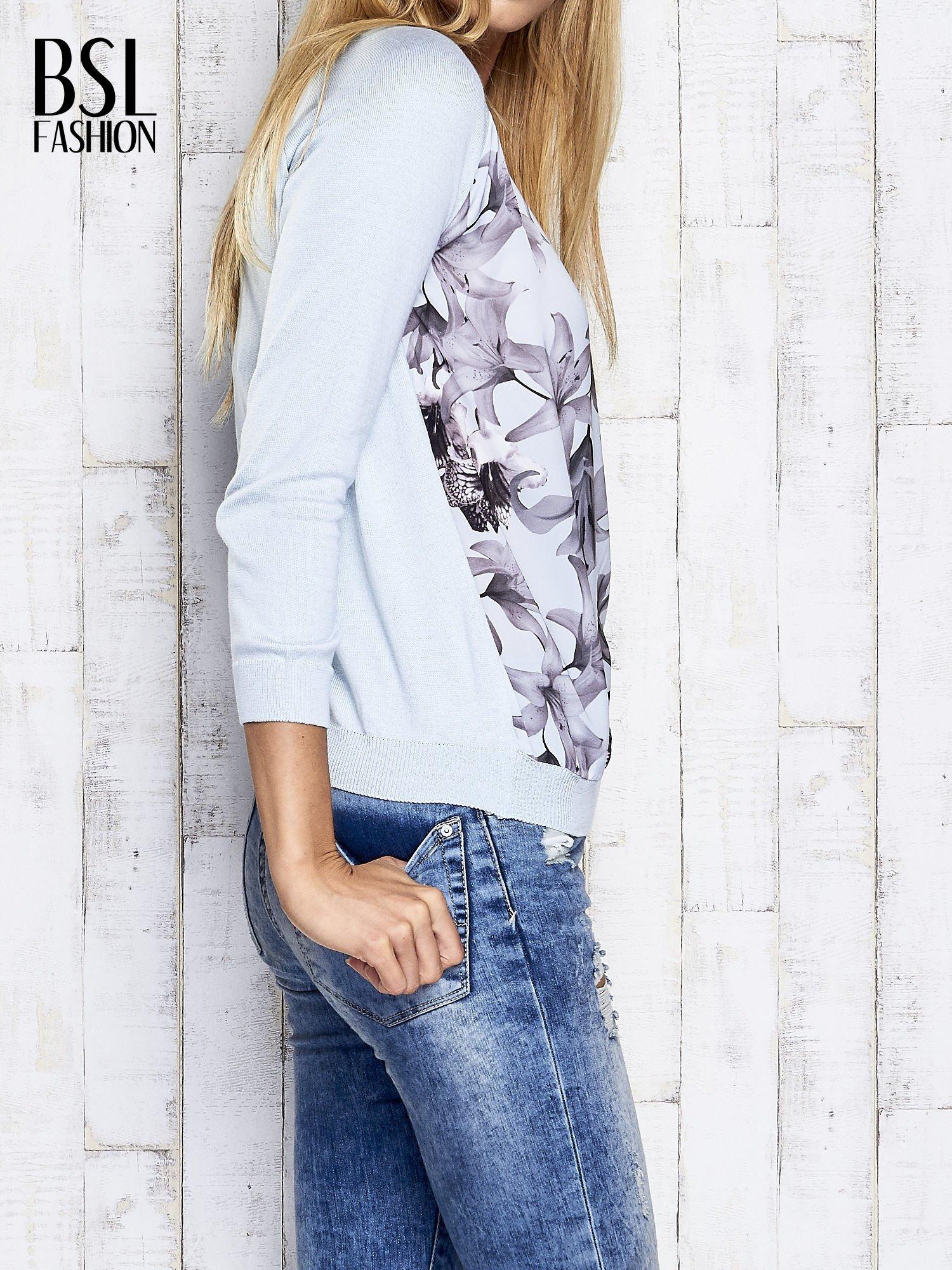 Jasnoniebieski kwiatowy sweter z łączonych materiałów                                  zdj.                                  3