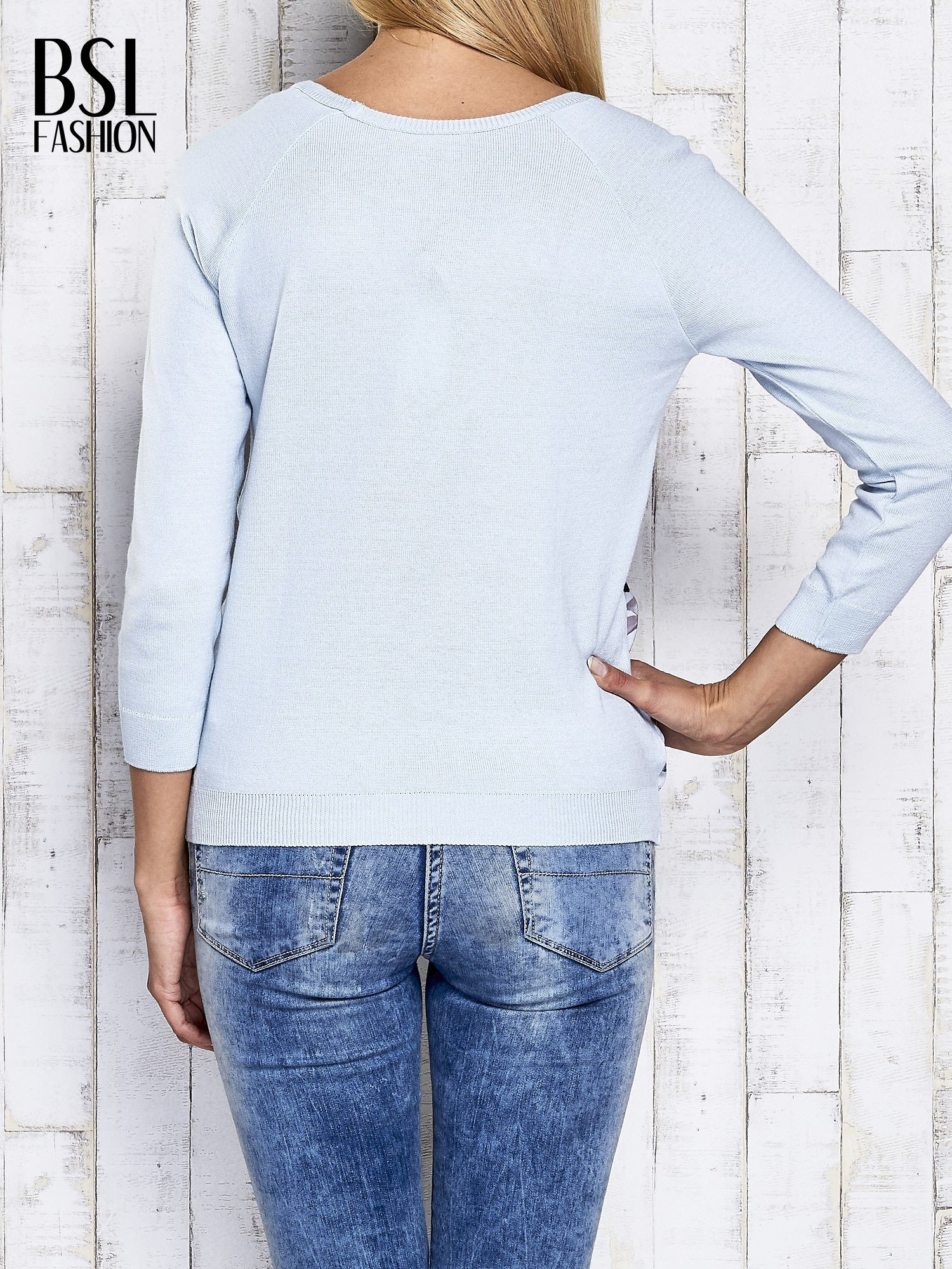 Jasnoniebieski kwiatowy sweter z łączonych materiałów                                  zdj.                                  2
