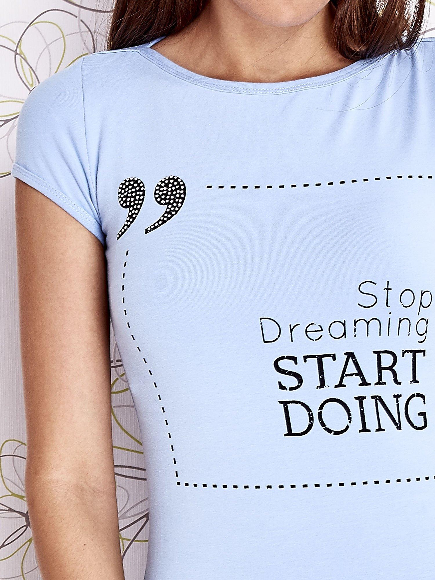 Jasnoniebieski t-shirt z napisem STOP DREAMING START DOING                                  zdj.                                  5