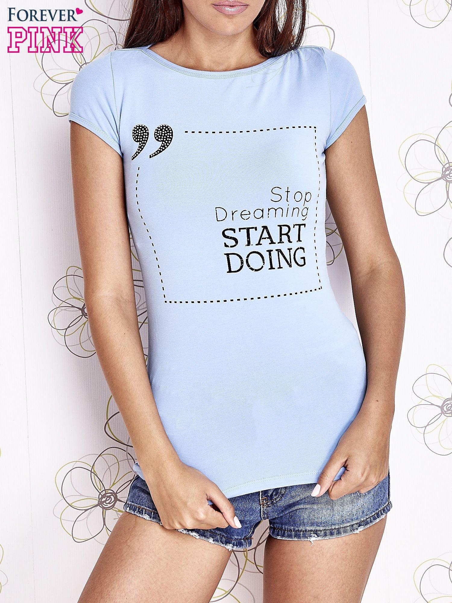 Jasnoniebieski t-shirt z napisem STOP DREAMING START DOING                                  zdj.                                  1