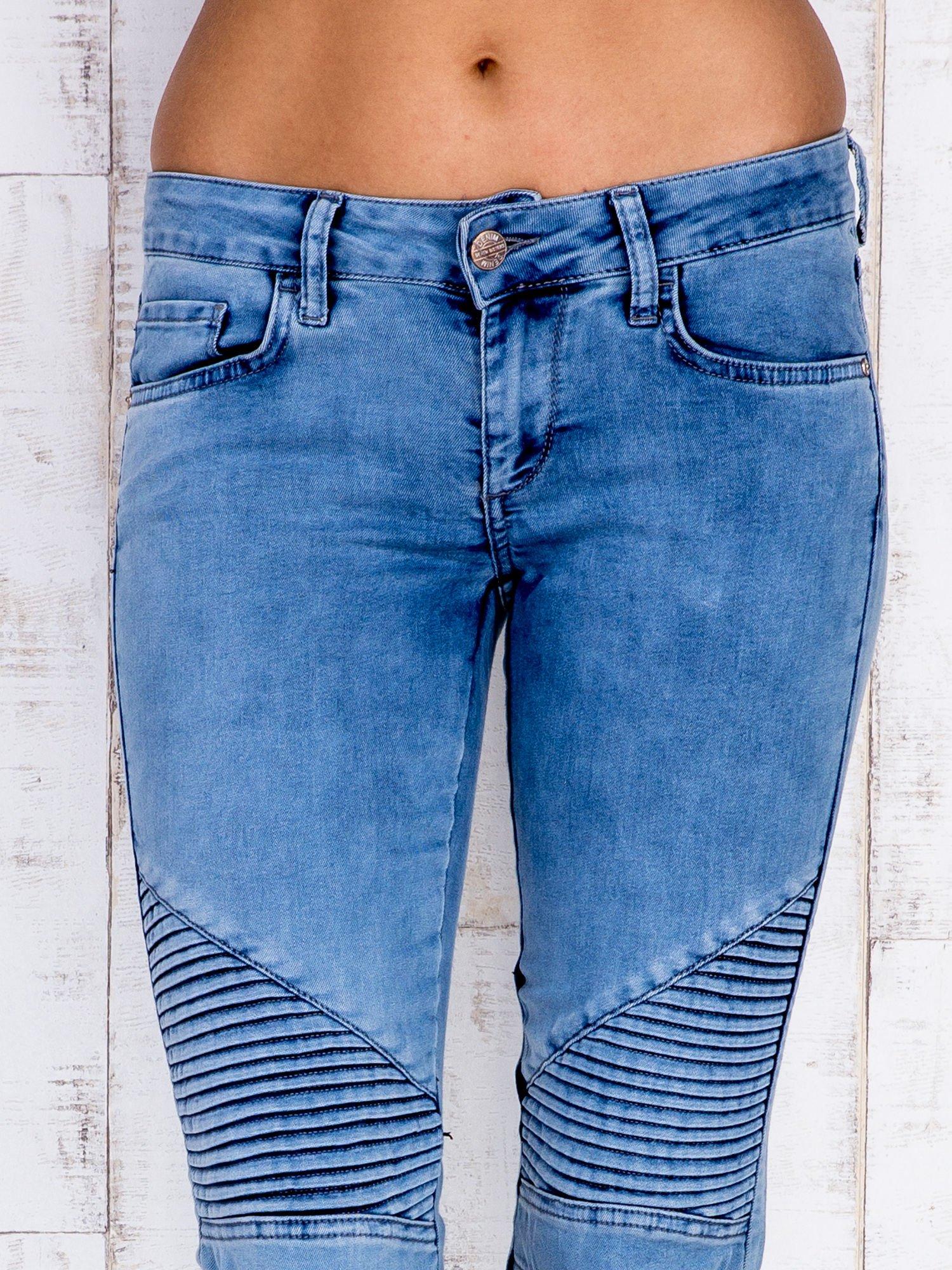 Jasnoniebieskie jeansowe spodnie ze wstawkami nad kolanami                                  zdj.                                  4