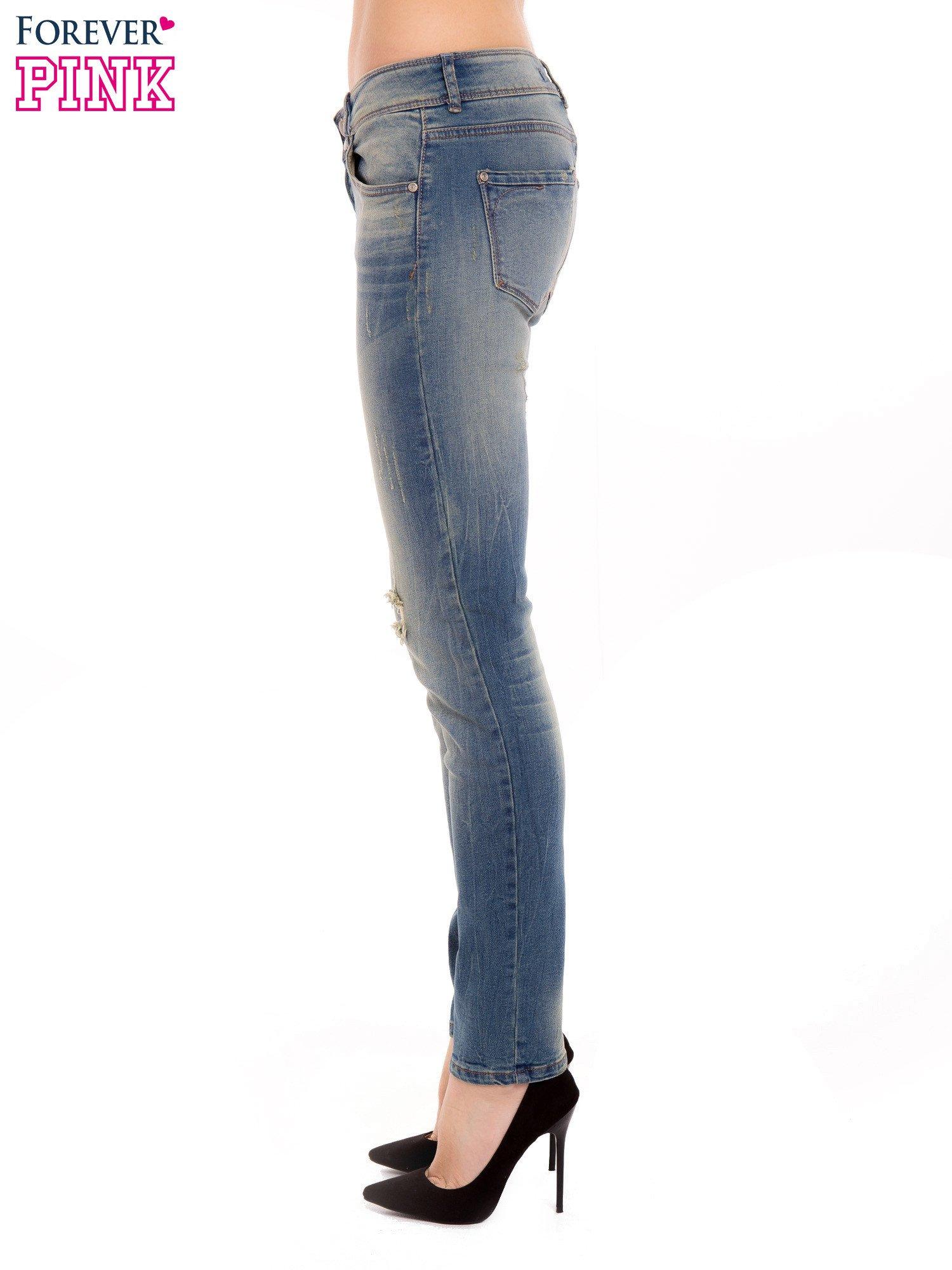 Jasnoniebieskie jeansy rurki z dziurą na kolanie                                  zdj.                                  3
