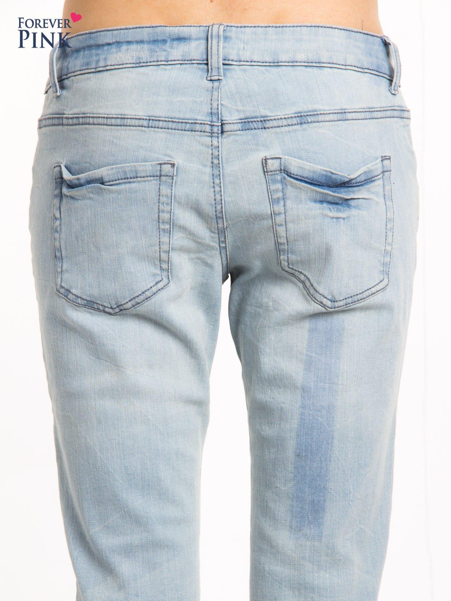 Jasnoniebieskie jeansy rurki z przetarciami                                  zdj.                                  7