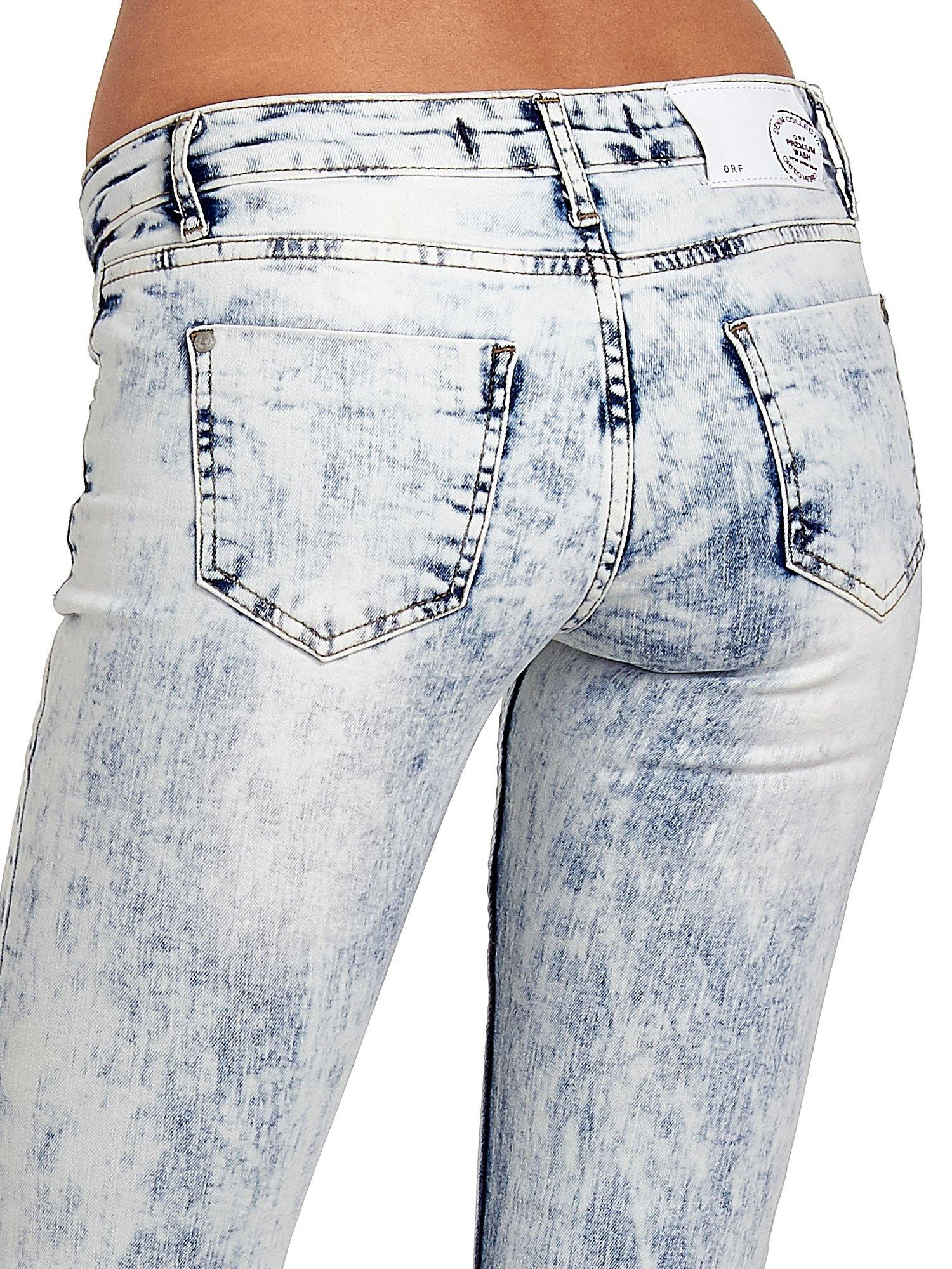 Jasnoniebieskie spodnie jeansowe dzwony z dziurą na kolanie                                  zdj.                                  7