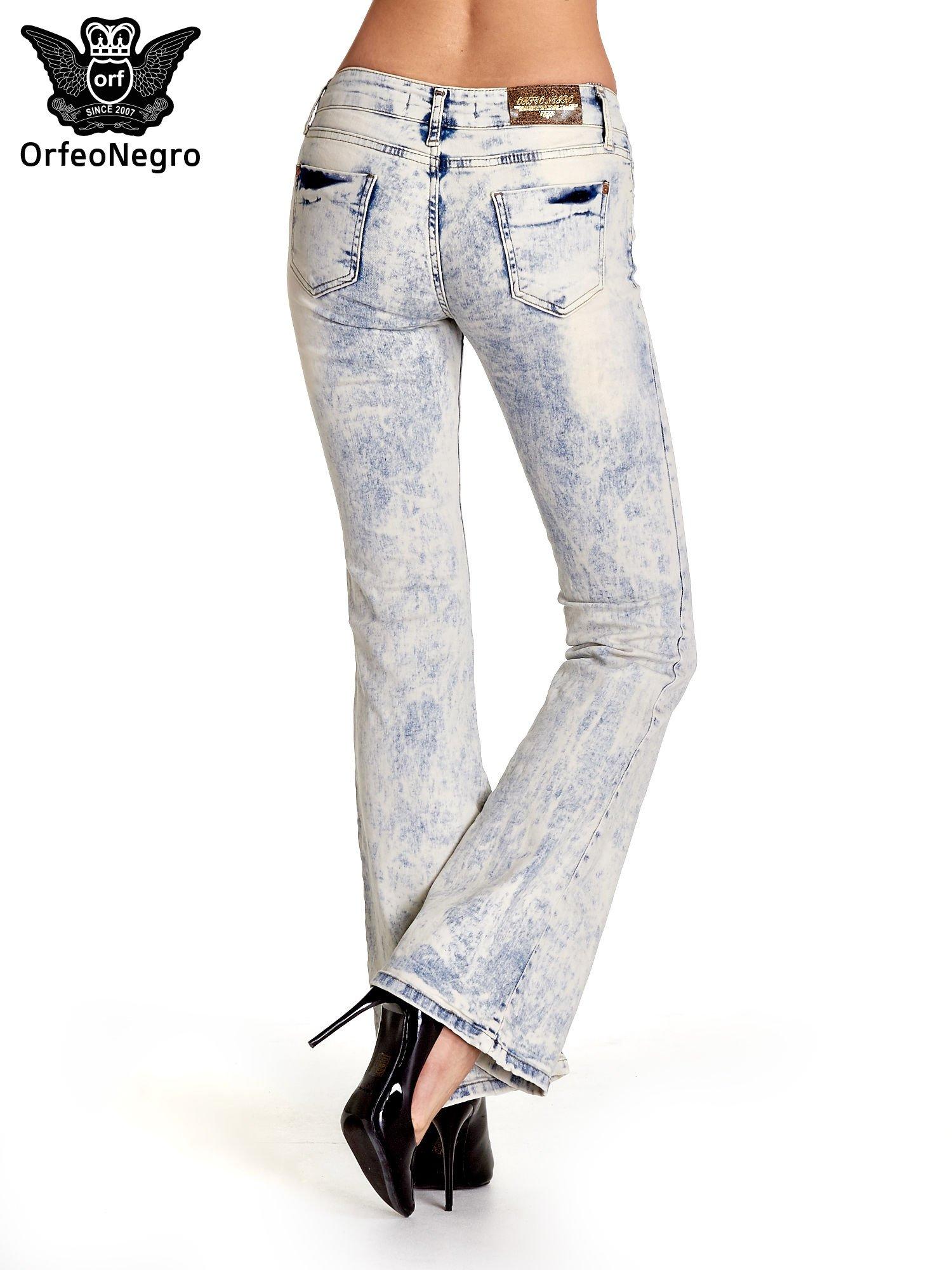Jasnoniebieskie spodnie jeansowe dzwony z przetarciami                                  zdj.                                  4