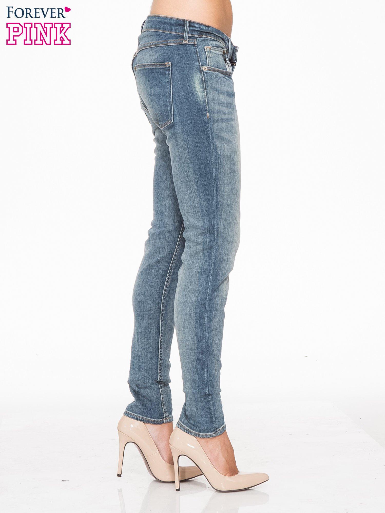 Jasnoniebieskie spodnie jeansowe rurki z cieniowaniem                                  zdj.                                  3