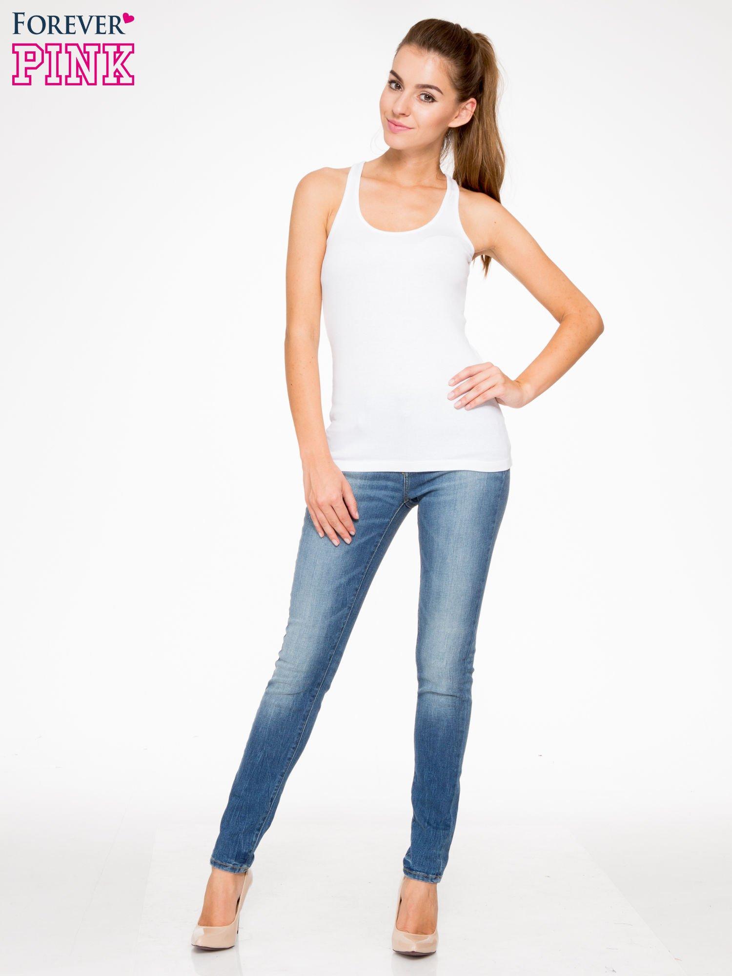 Jasnoniebieskie spodnie jeansowe rurki z przeszyciami na kieszeniach                                  zdj.                                  2