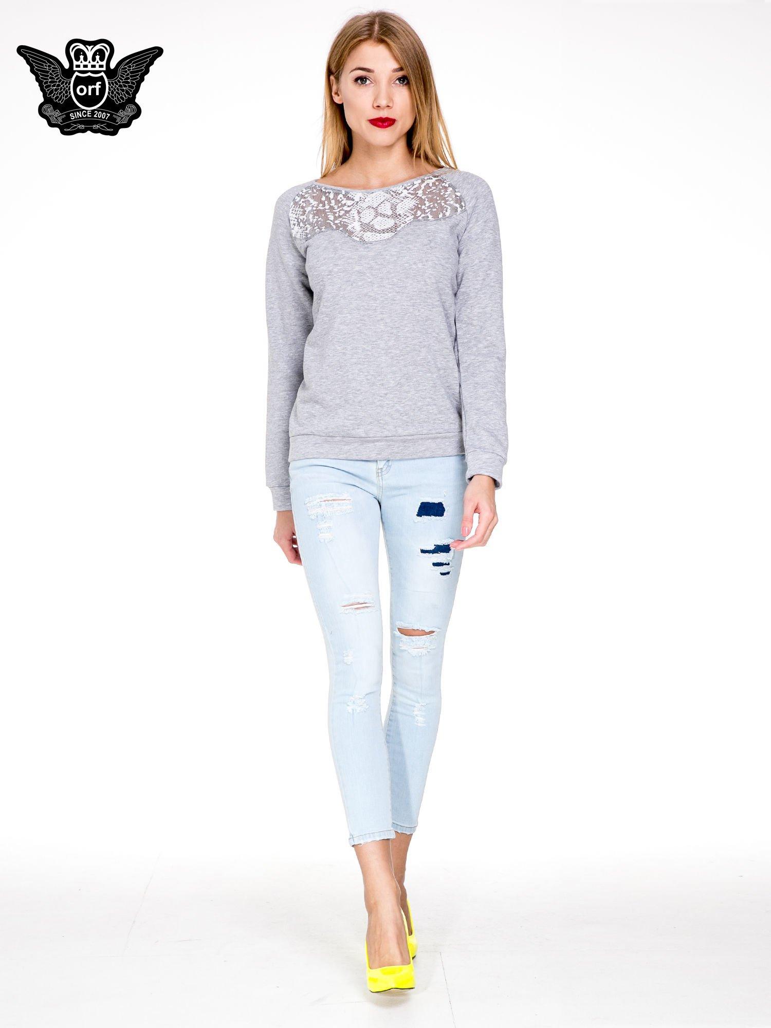 Jasnoniebieskie spodnie jeasnowe skinny jeans z łatami i dziurami                                  zdj.                                  2
