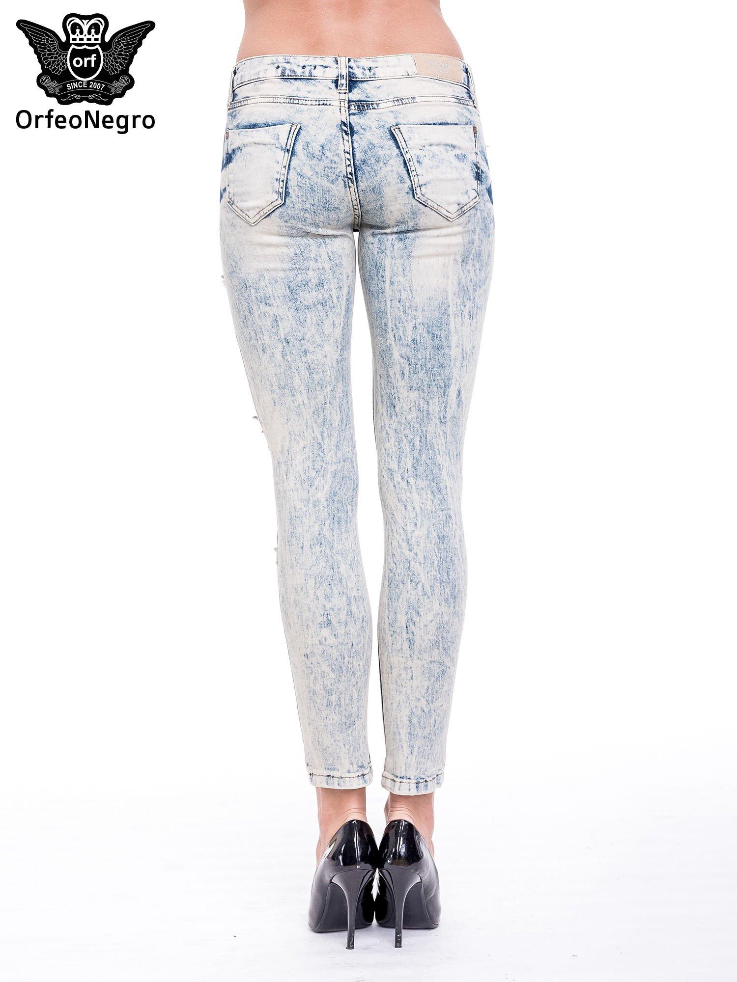 Jasnoniebieskie spodnie rurki typu trash jeans                                  zdj.                                  5