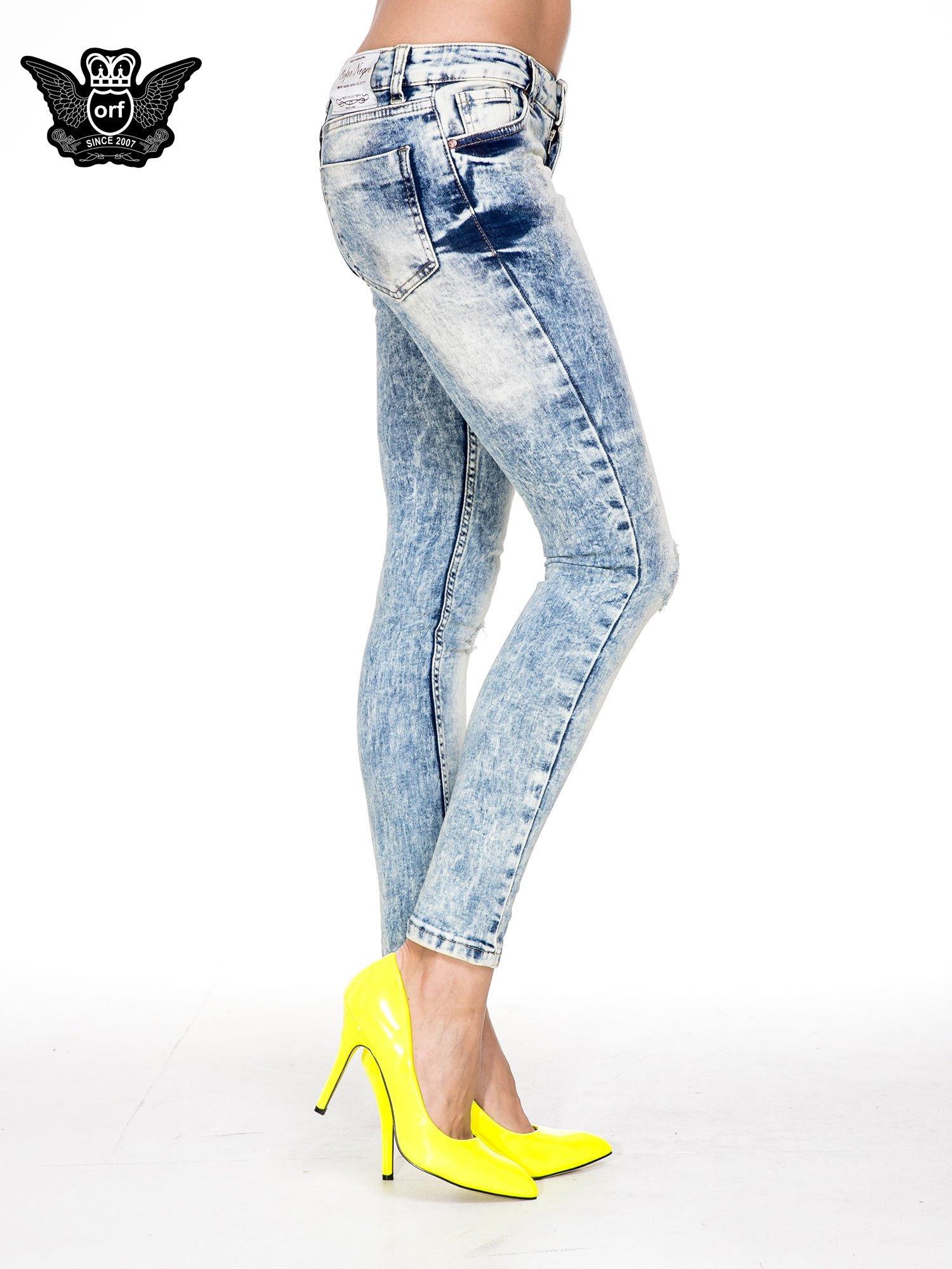 Jasnoniebieskie spodnie skinny jeans z dziurami i modelującym rozjaśnieniem                                  zdj.                                  3