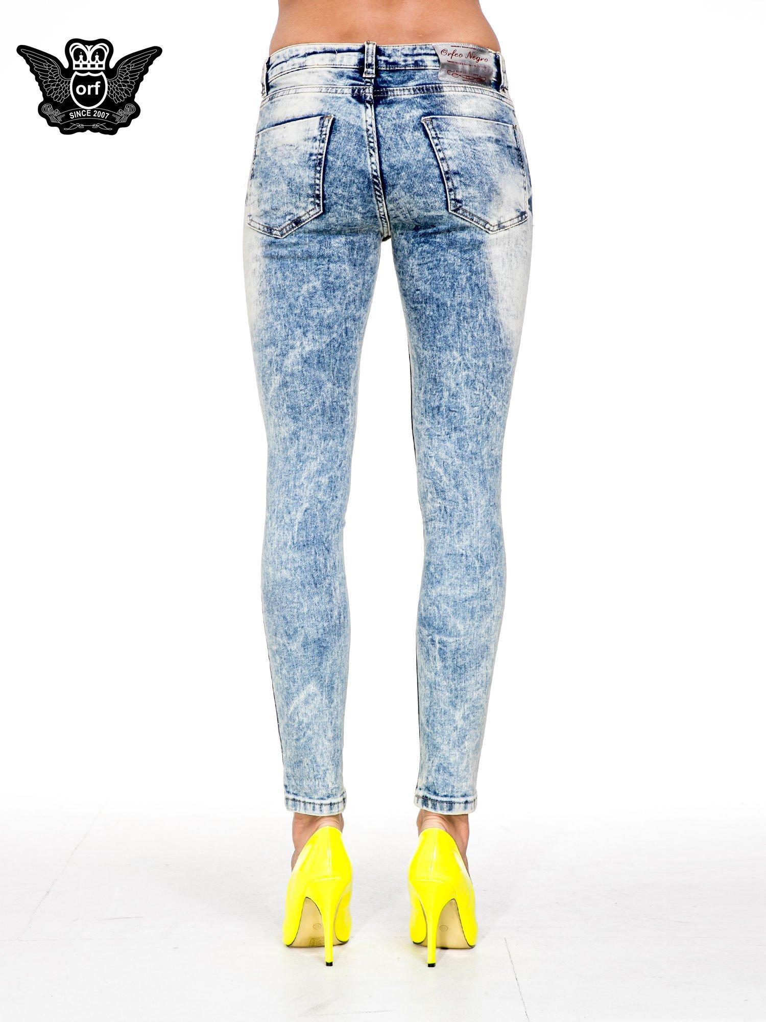 Jasnoniebieskie spodnie skinny jeans z dziurami i modelującym rozjaśnieniem                                  zdj.                                  5