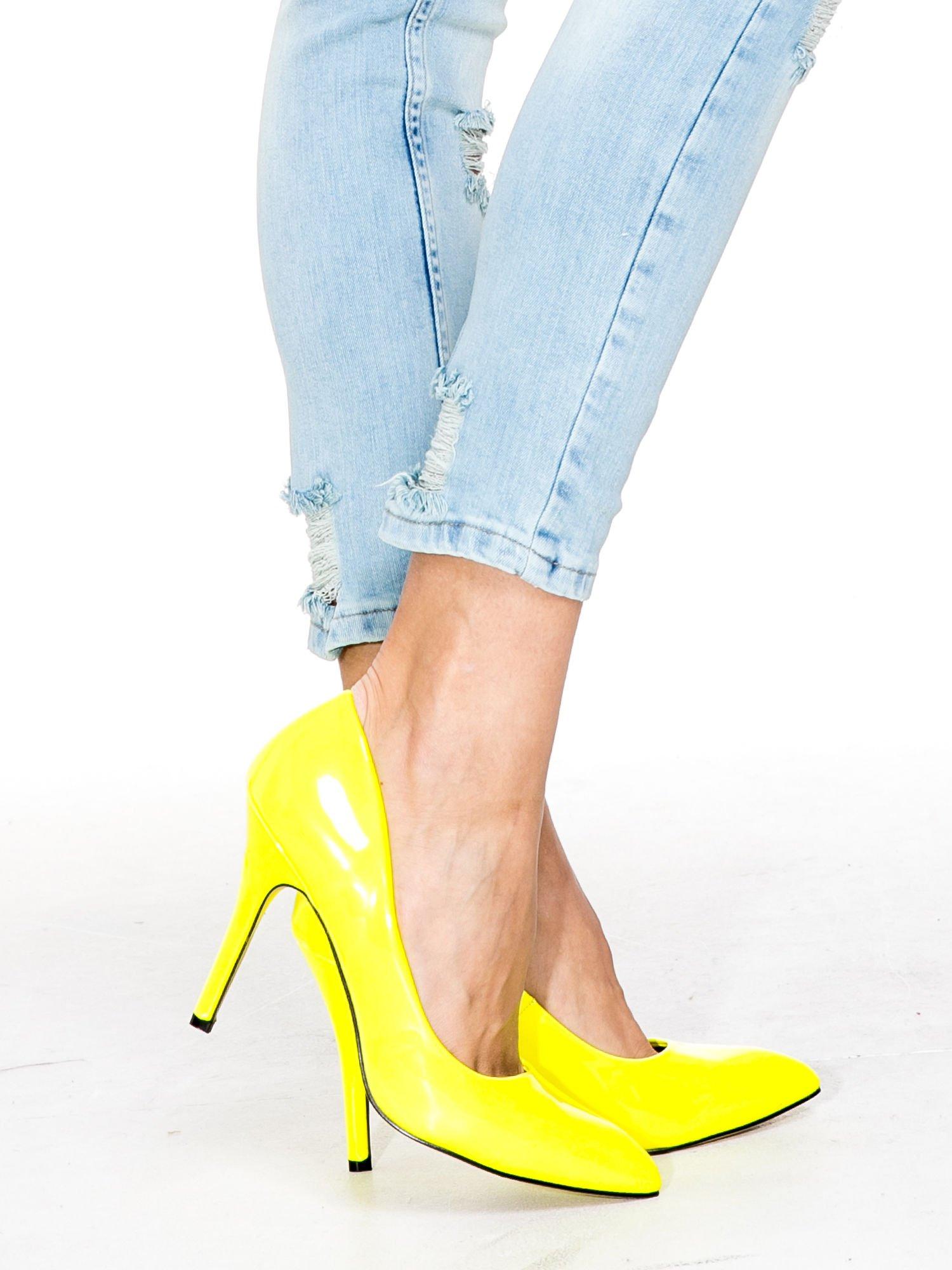 Jasnoniebieskie spodnie skinny jeans z rozdarciami na kolanie                                  zdj.                                  8