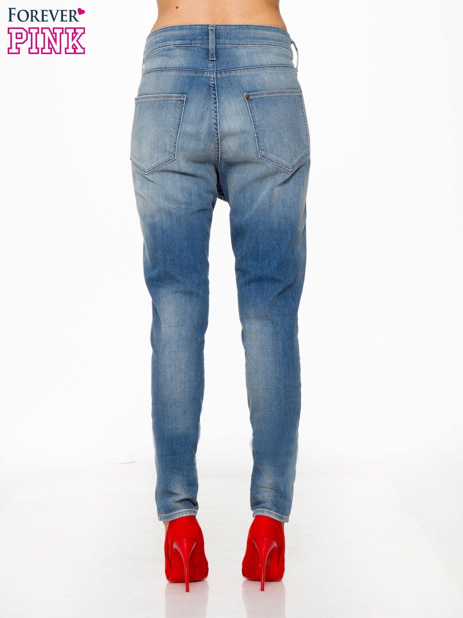 Jasnoniebieskie spodnie typu boyfriend jeans z rozjaśnianą nogawką                                  zdj.                                  2