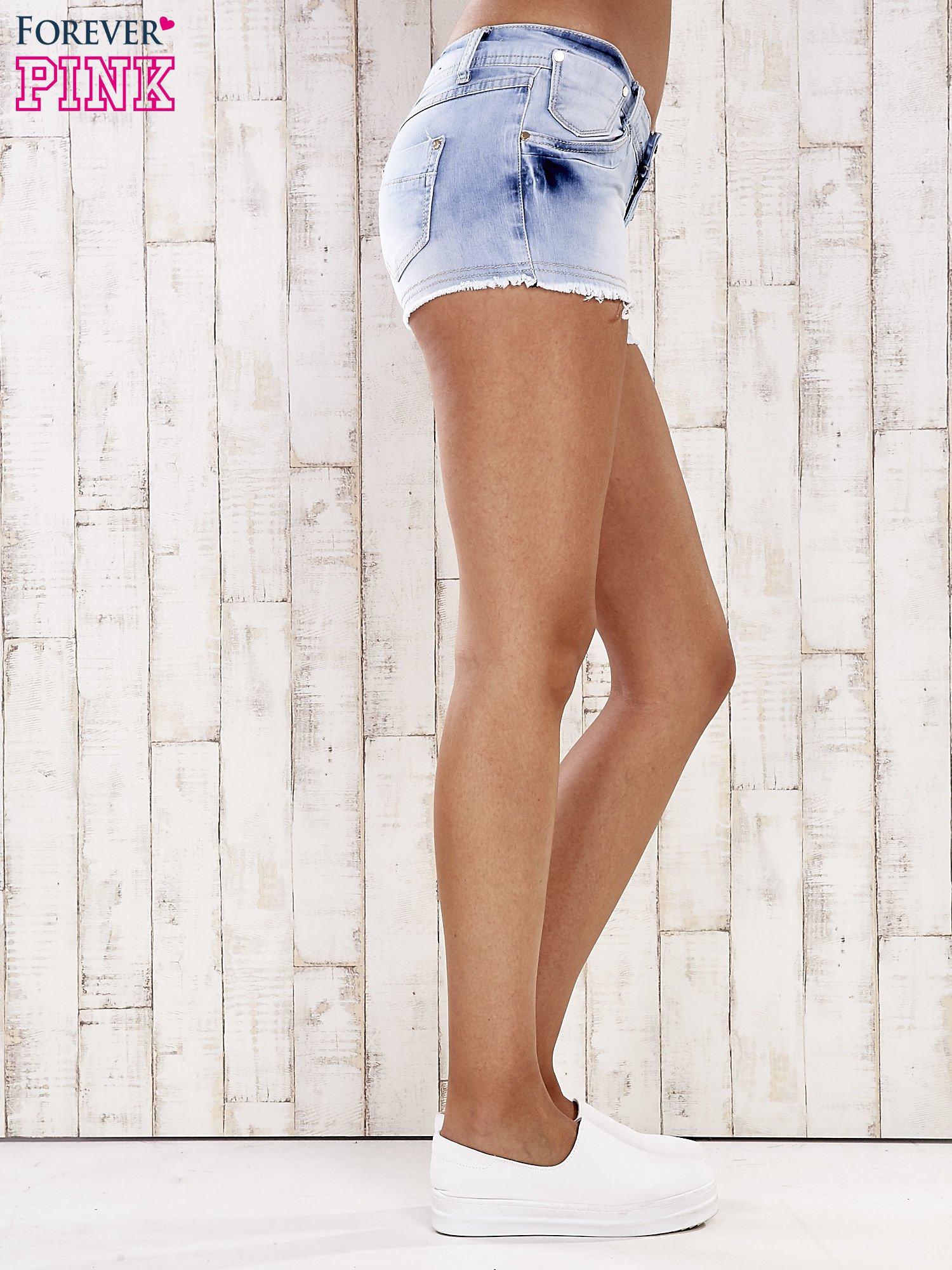 Jasnoniebieskie szorty jeansowe z postrzępionymi nogawkami                                  zdj.                                  5