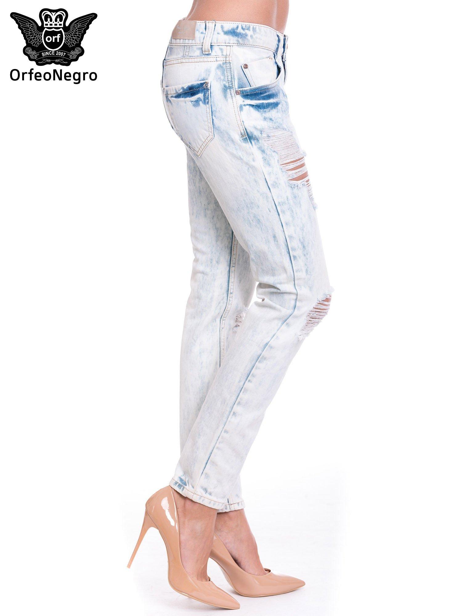 Jasnoniebieskie wycierane jeansowe rurki z dziurami                                  zdj.                                  3