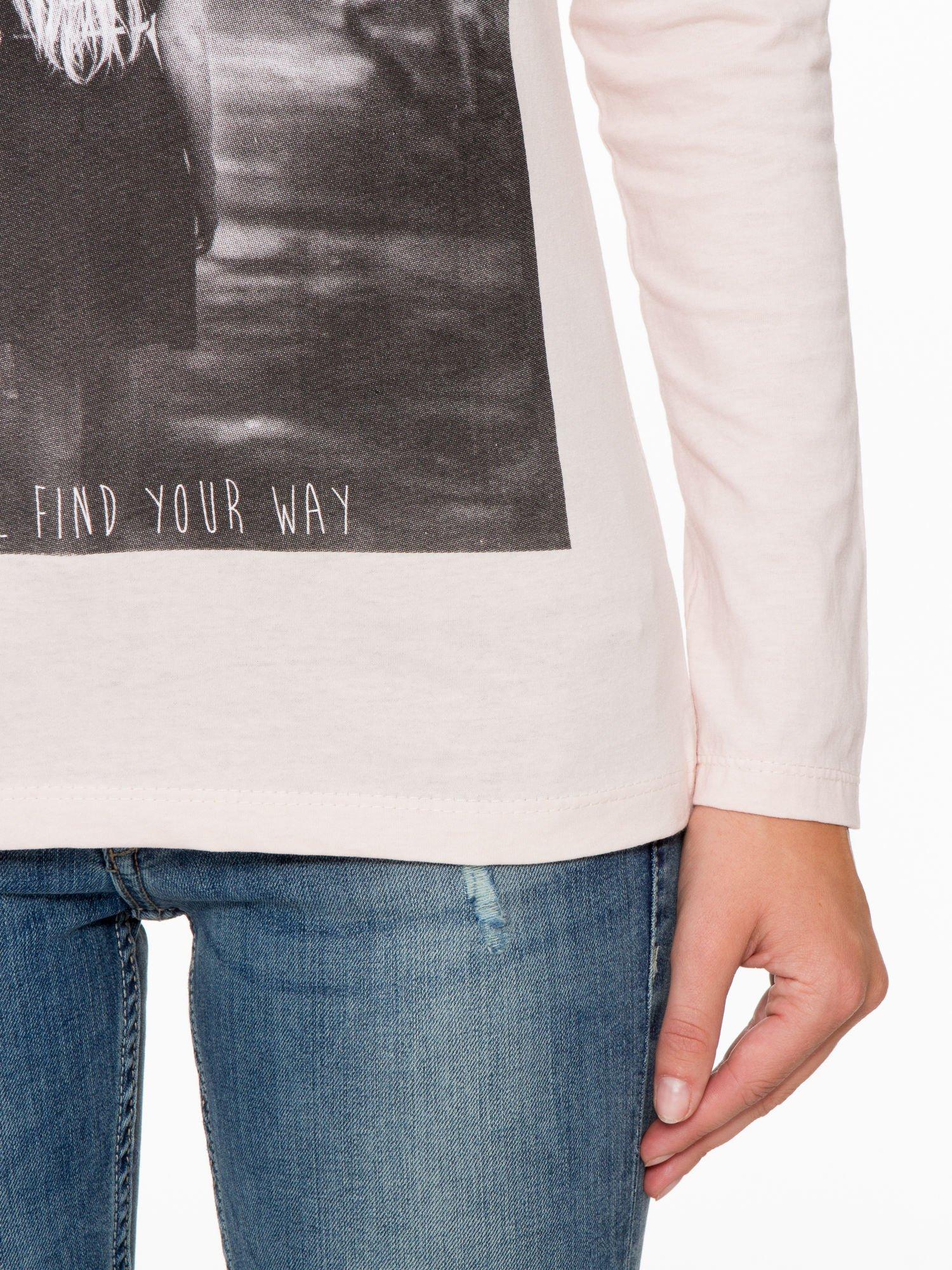 Jasnoróżowa bluzka z fotografią dziewczyny                                  zdj.                                  7