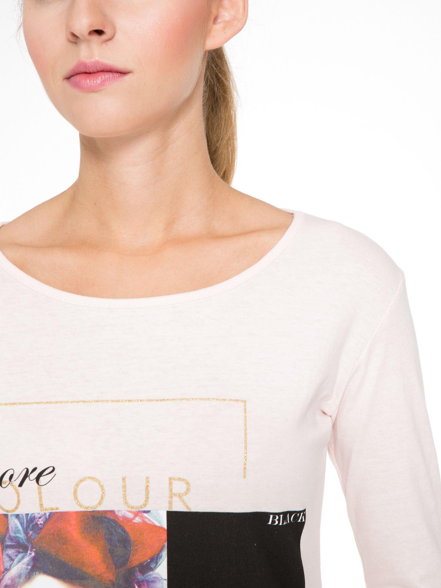 Jasnoróżowa bluzka z nadrukiem fashion i napisem MORE COLOUR                                  zdj.                                  6