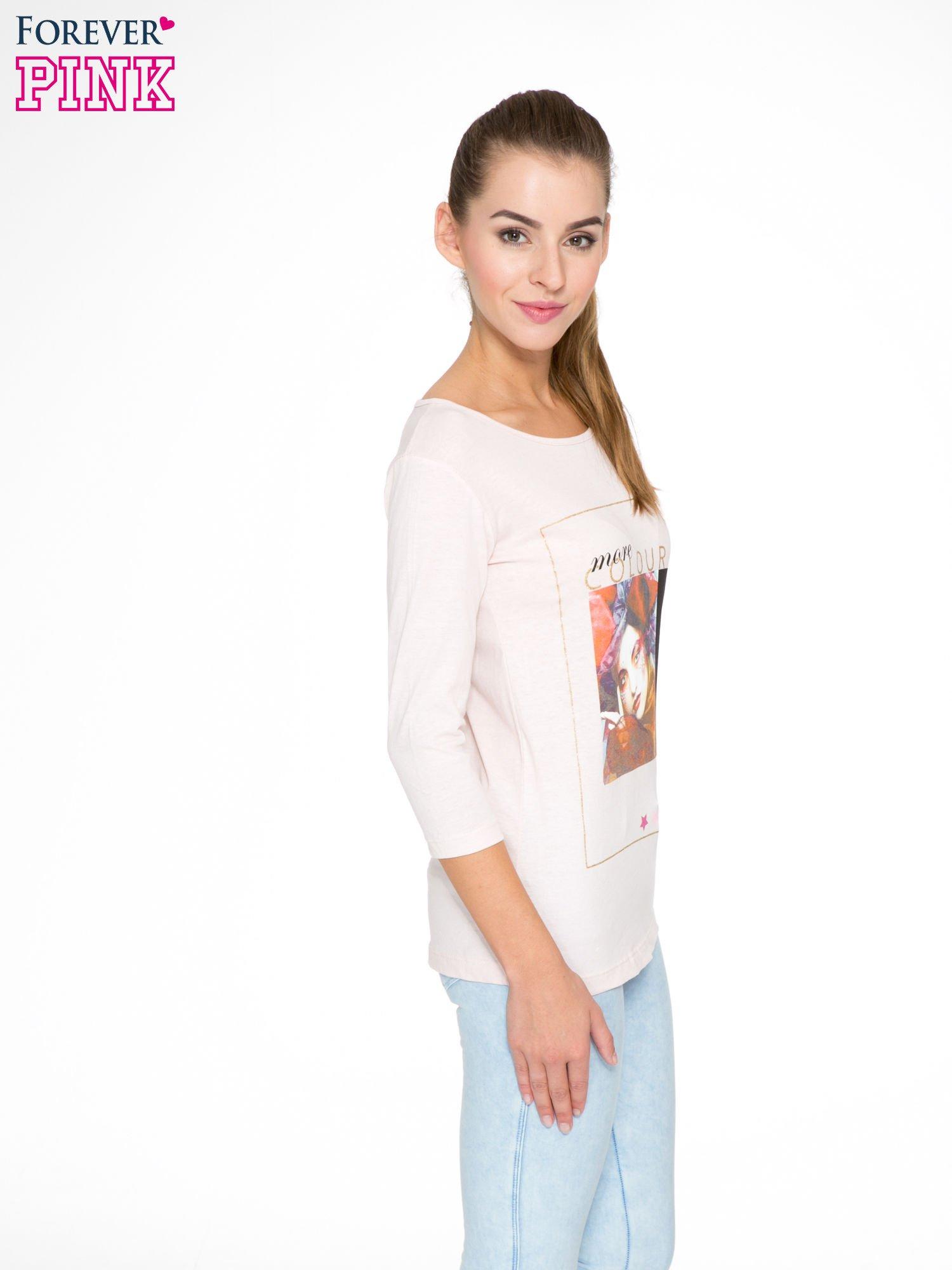 Jasnoróżowa bluzka z nadrukiem fashion i napisem MORE COLOUR                                  zdj.                                  3