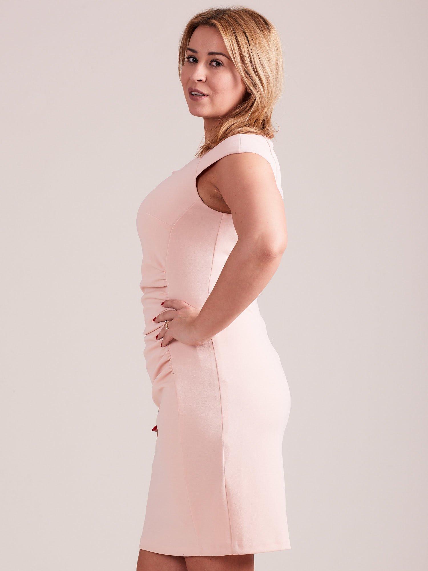 1bfd6b6d29c0 Jasnoróżowa elegancka sukienka z marszczeniem PLUS SIZE - Sukienka ...
