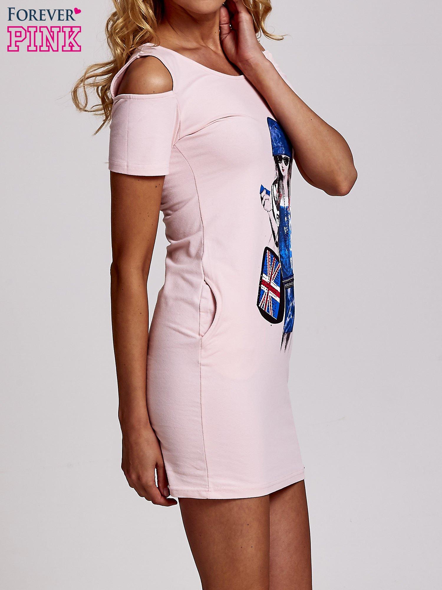 Jasnoróżowa sukienka dresowa cut out shoulder z nadrukiem dziewczyny                                  zdj.                                  3