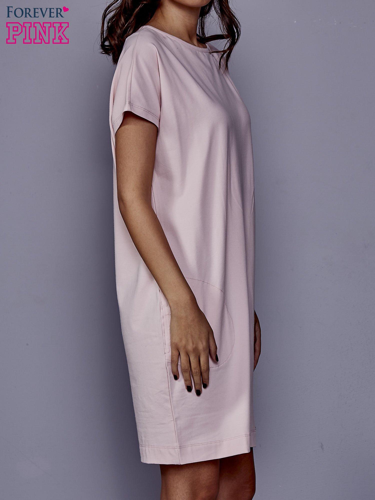 Jasnoróżowa sukienka dresowa z kieszeniami po bokach                                  zdj.                                  3