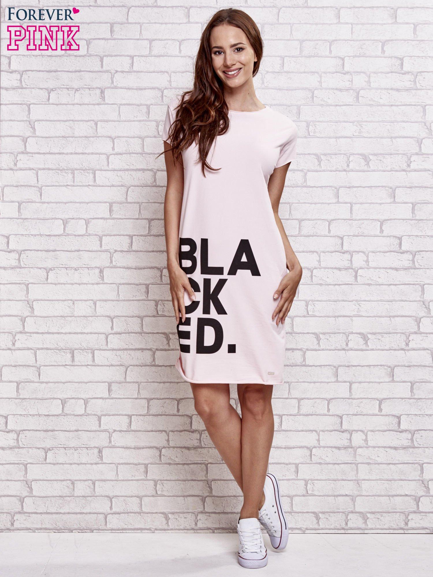 Jasnoróżowa sukienka dresowa z napisem BLACKED                                  zdj.                                  2