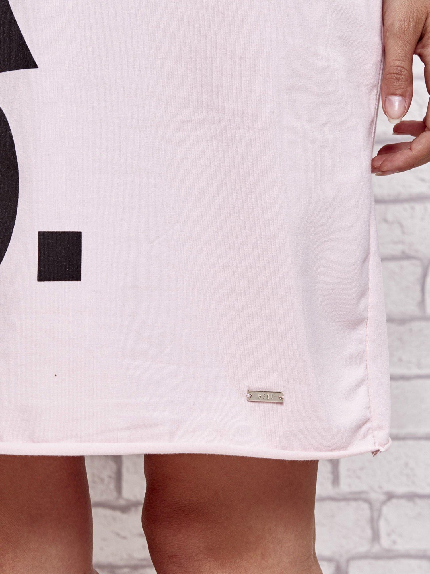 Jasnoróżowa sukienka dresowa z napisem BLACKED                                  zdj.                                  5