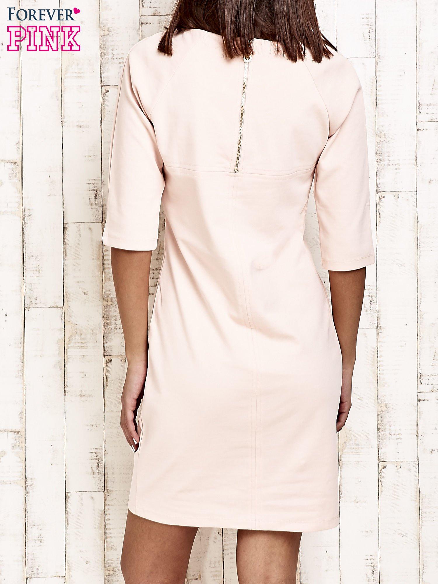 Jasnoróżowa sukienka dresowa z suwakiem z tyłu                                  zdj.                                  4