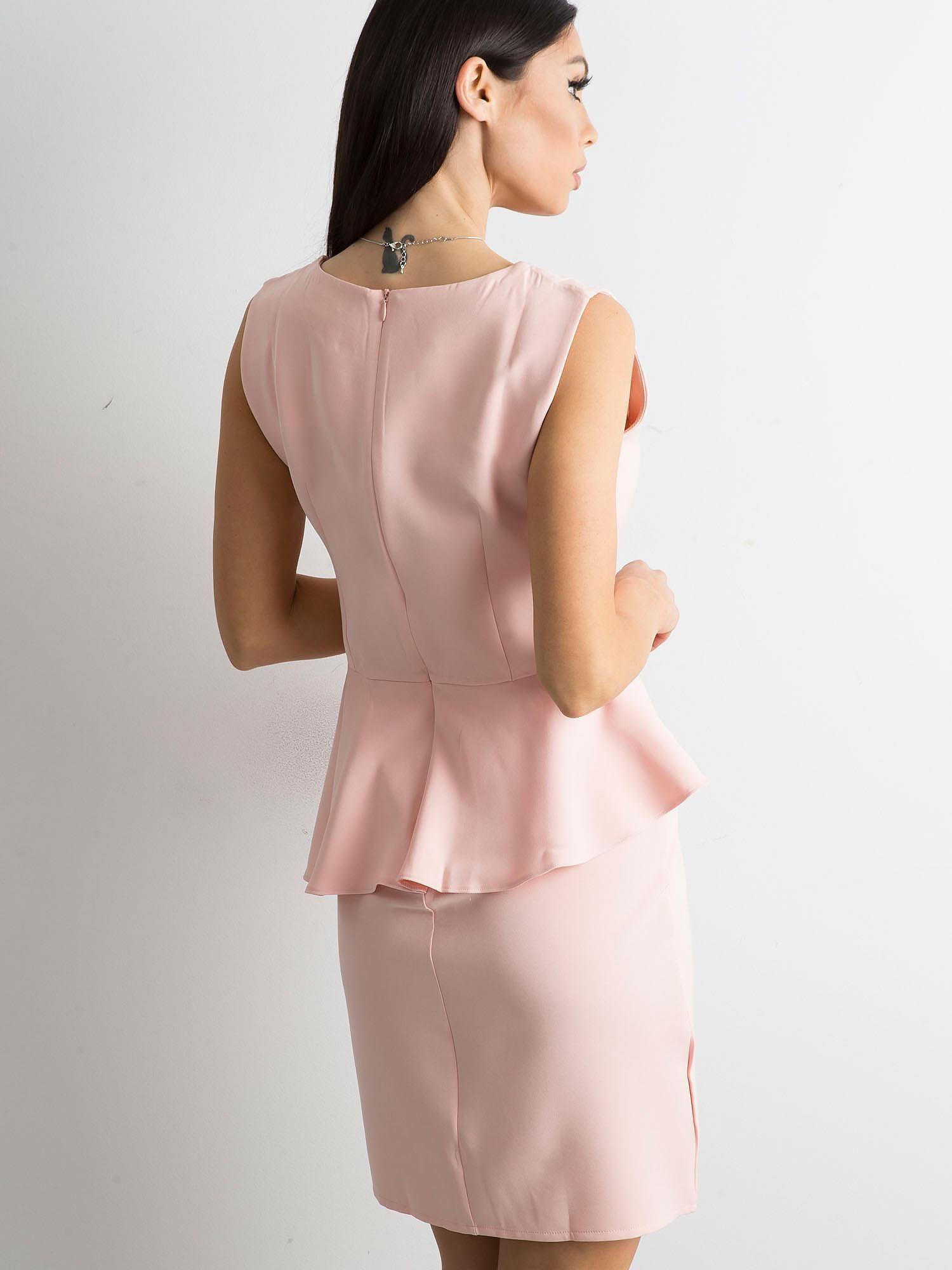 df6b4c3c7799 Jasnoróżowa sukienka z baskinką - Sukienka koktajlowa - sklep eButik.pl