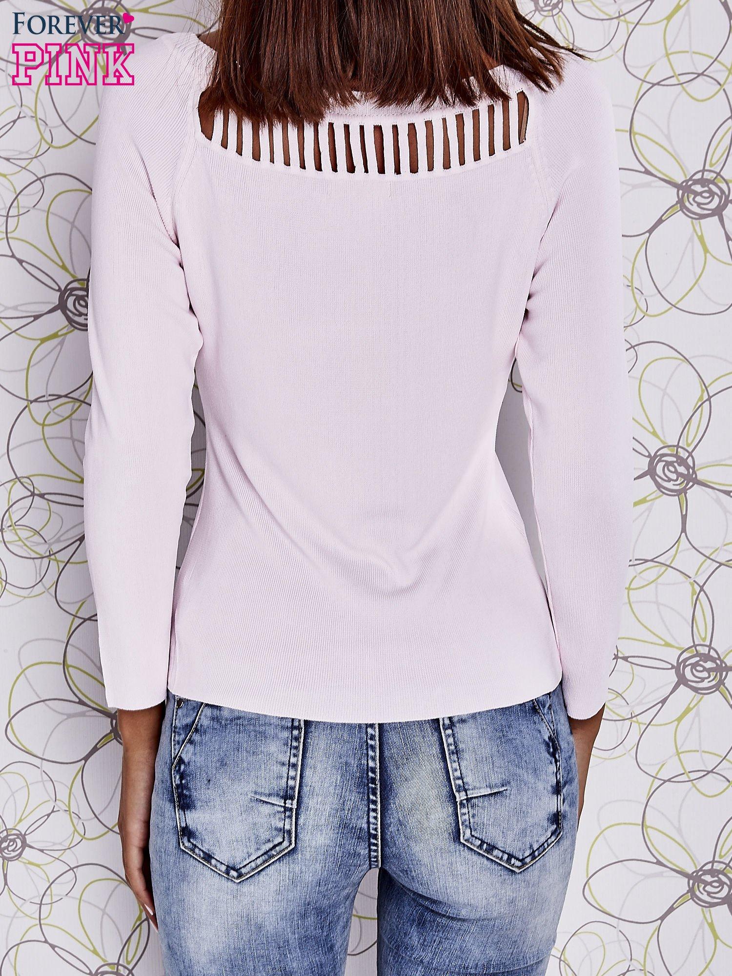 Jasnoróżowy jedwabny sweter z ażurowaniem przy dekolcie                                  zdj.                                  4