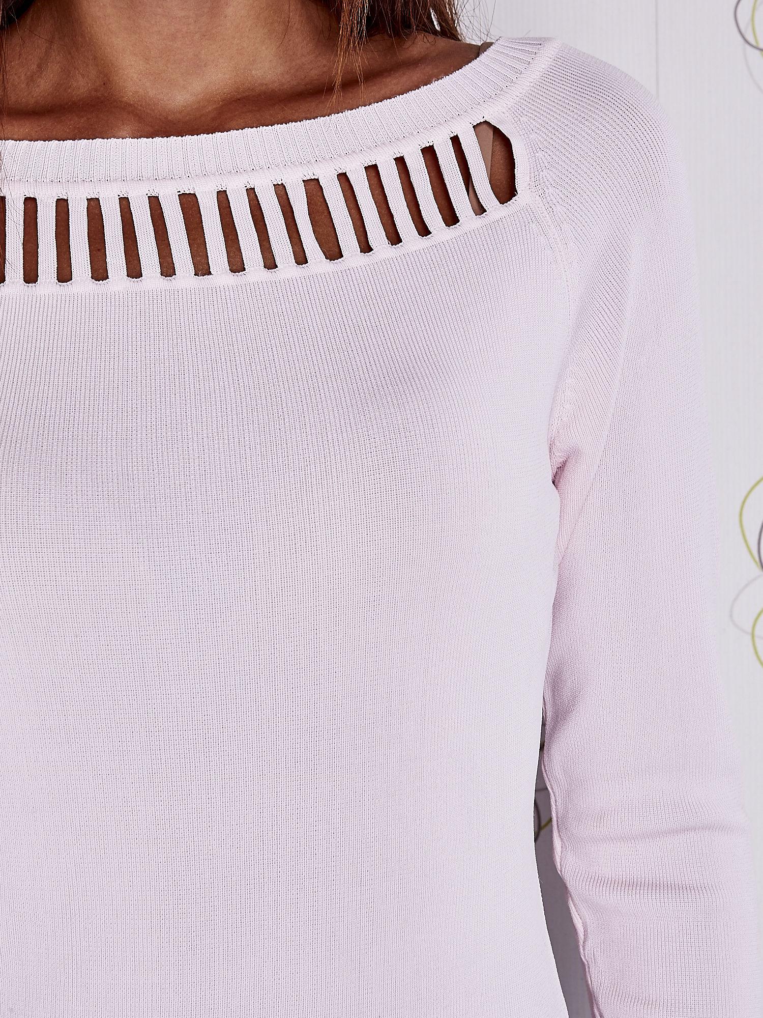 Jasnoróżowy jedwabny sweter z ażurowaniem przy dekolcie                                  zdj.                                  5