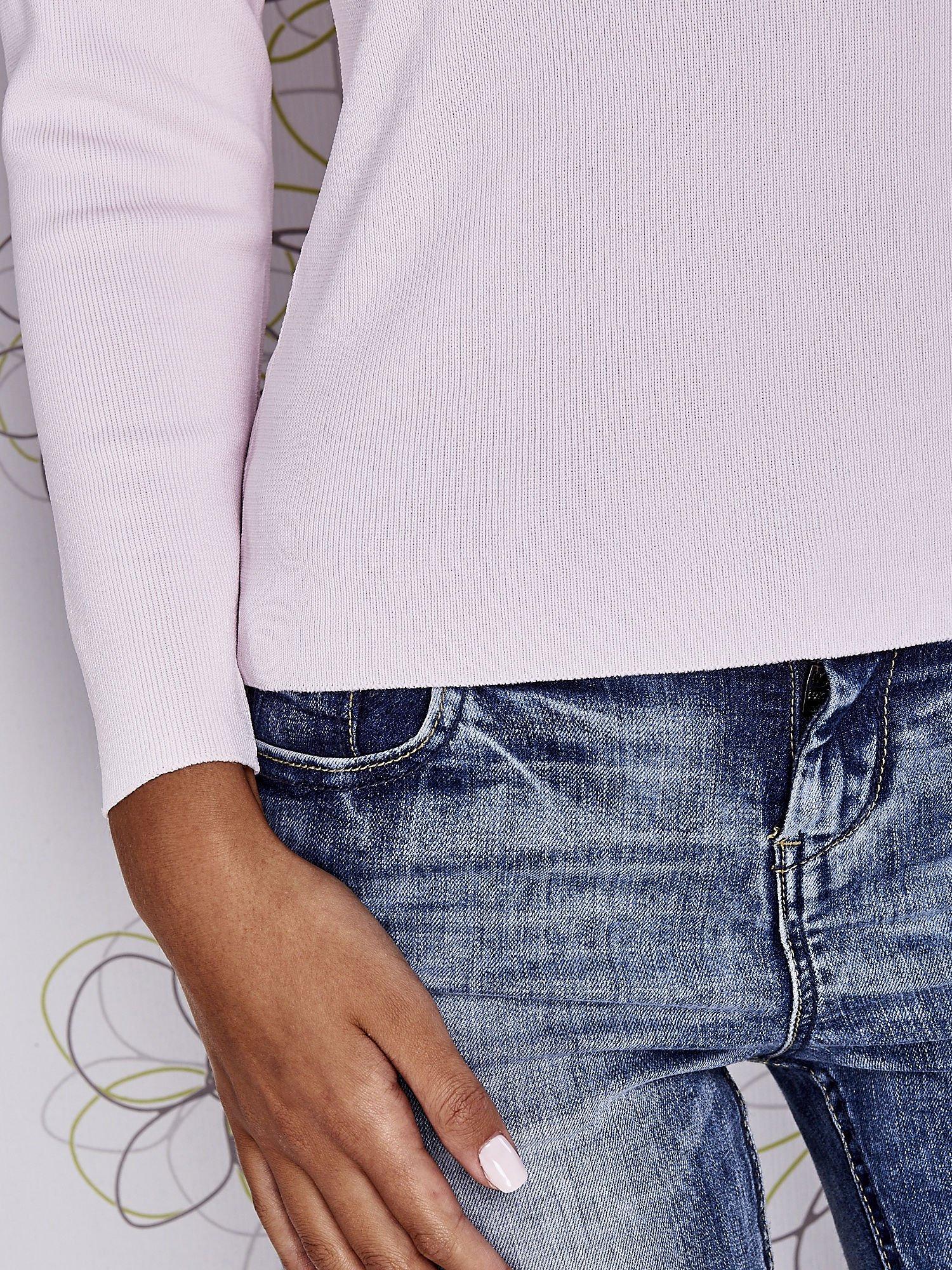 Jasnoróżowy jedwabny sweter z ażurowaniem przy dekolcie                                  zdj.                                  6