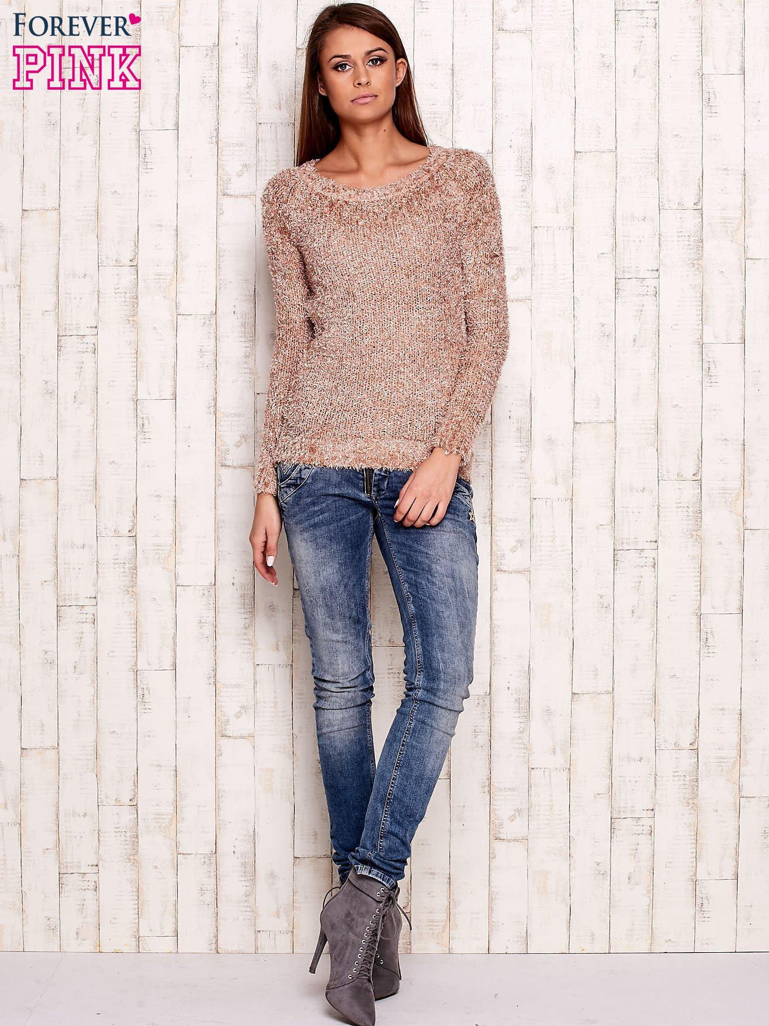 Jasnoróżowy sweter fluffy z cekinami                                  zdj.                                  2