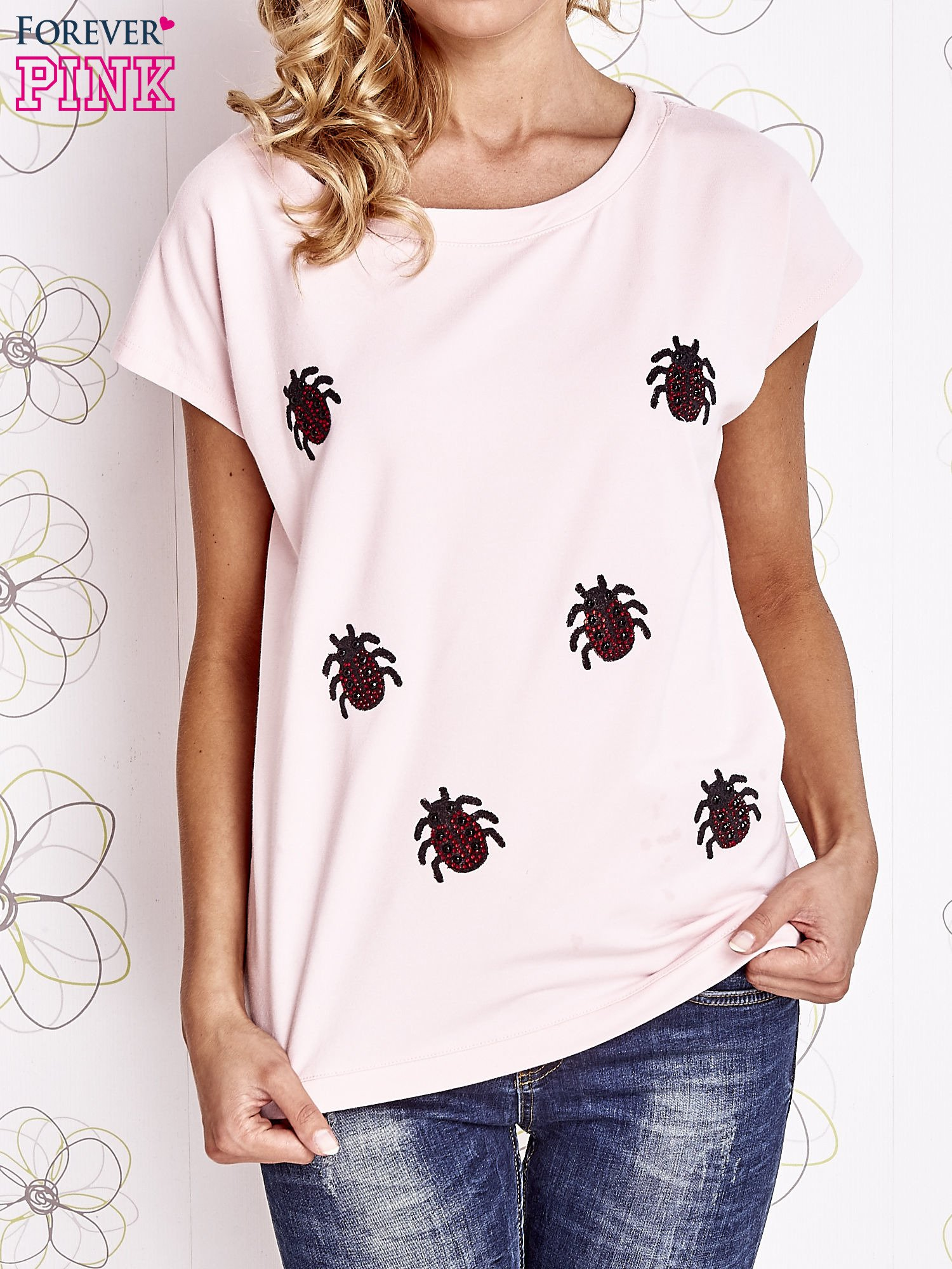 Jasnoróżowy t-shirt z aplikacją owadów                                  zdj.                                  1
