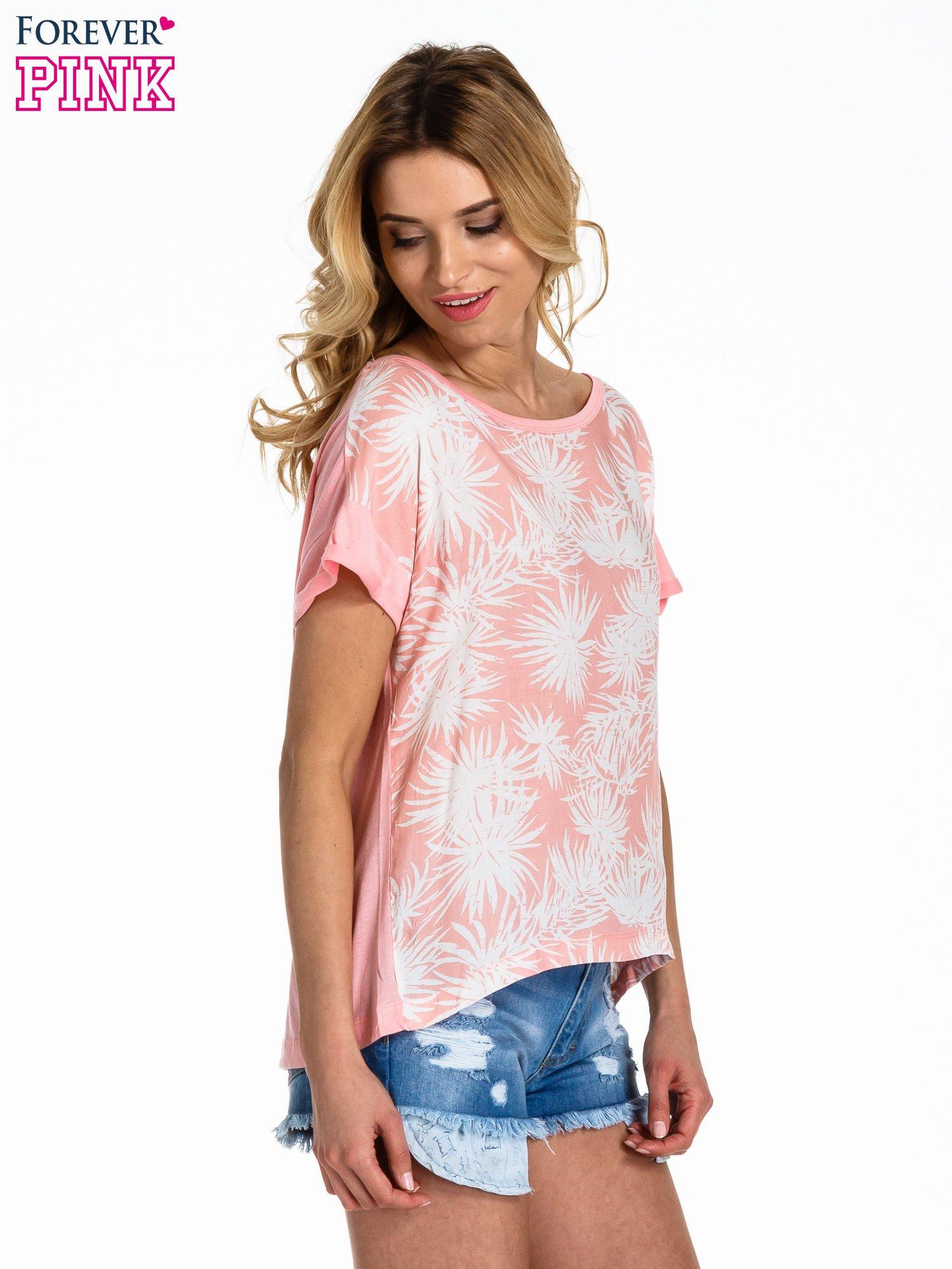 Jasnoróżowy t-shirt z nadrukiem w palmy                                  zdj.                                  3