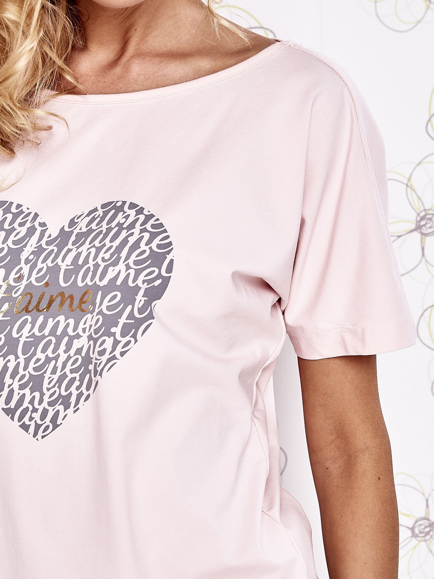 Jasnoróżowy t-shirt z napisem JE T'AIME i dekoltem na plecach                                  zdj.                                  5