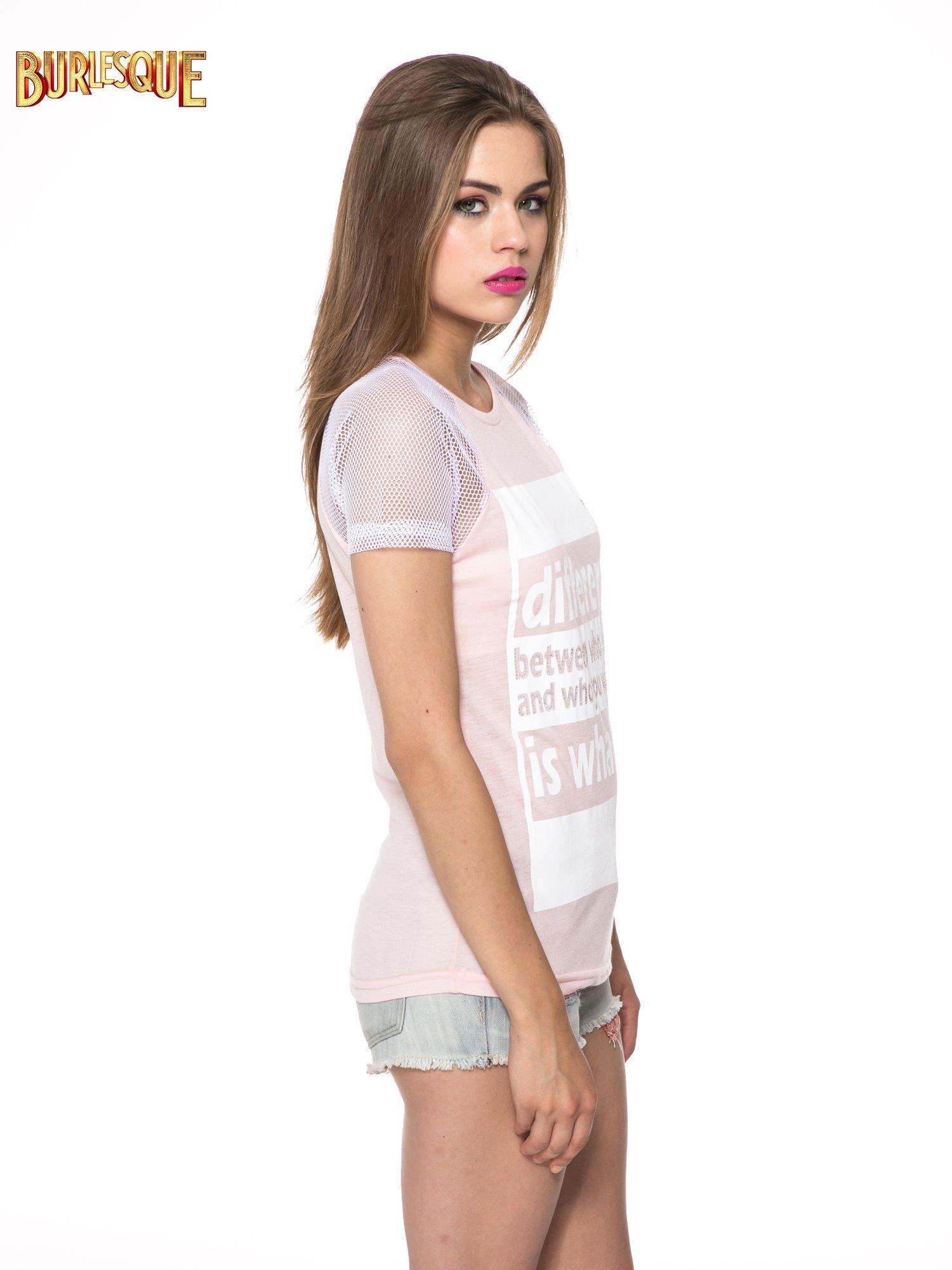 Jasnoróżowy t-shirt z napisem i siateczkowymi rękawami                                  zdj.                                  3