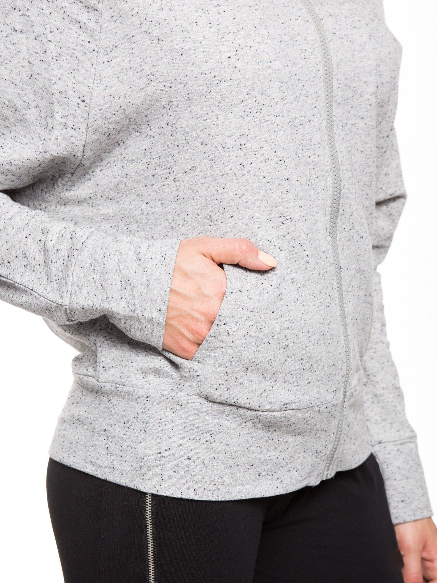 Jasnoszara damska bluza dresowa z kapturem i kieszeniami z przodu                                  zdj.                                  8