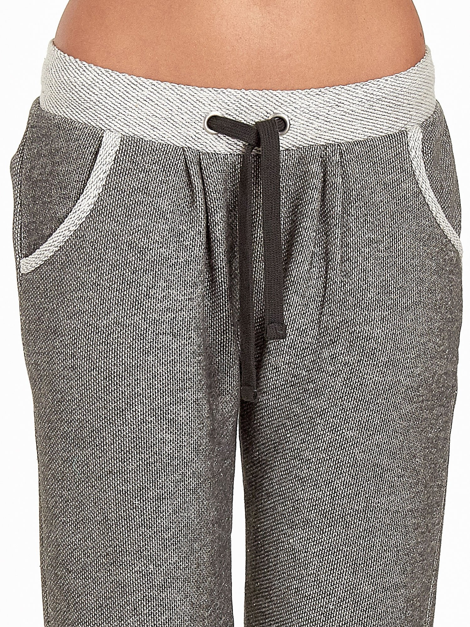 Jasnoszare melanżowe spodnie dresowe w stylu casual                                  zdj.                                  7