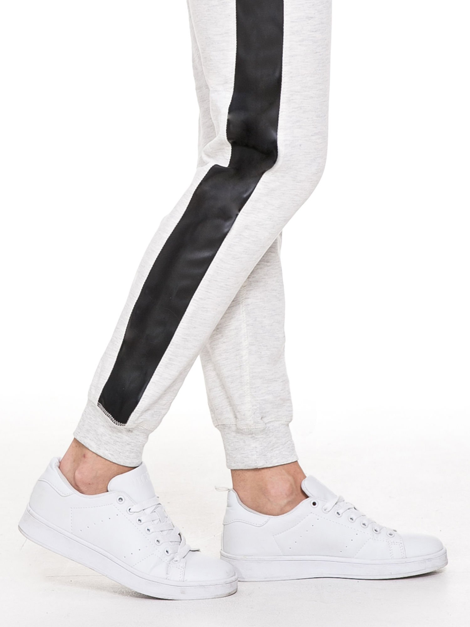 Jasnoszare spodnie dresowe damskie ze skórzanymi lampasami                                  zdj.                                  5