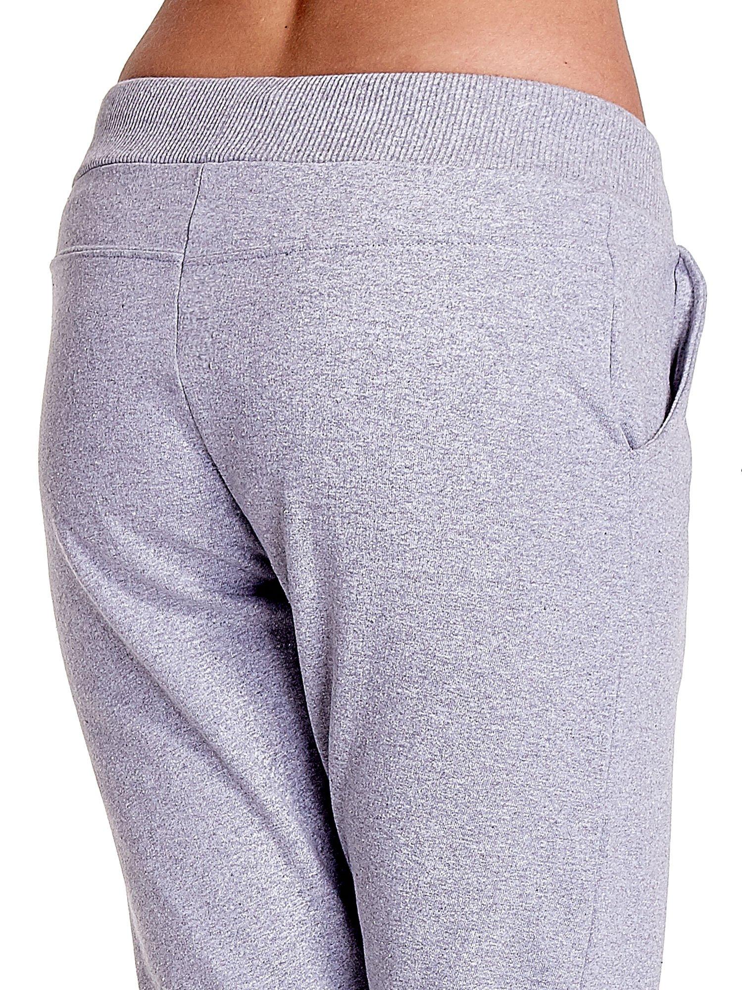 Jasnoszare spodnie dresowe z prostą nogawką                                  zdj.                                  7