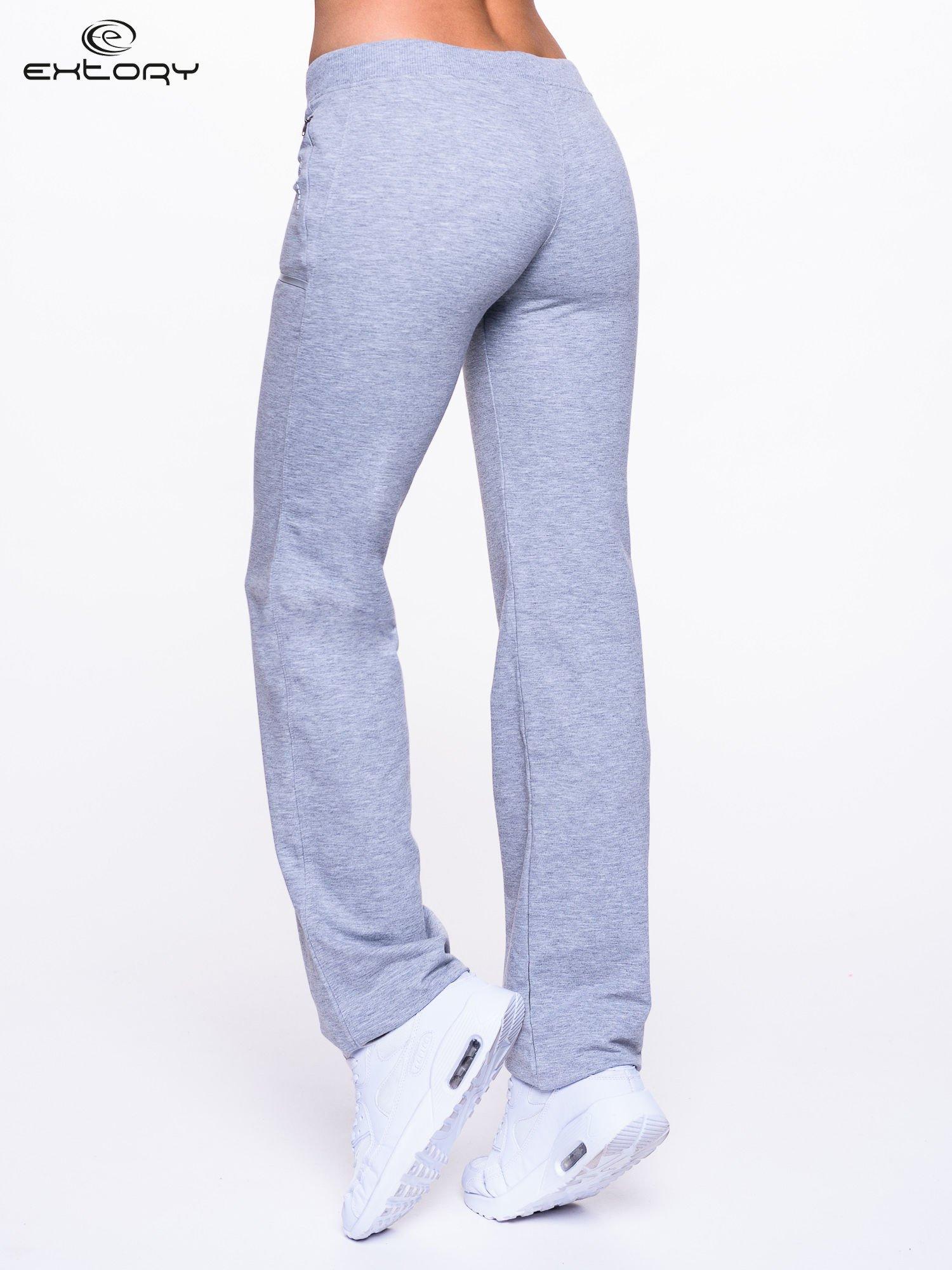 Jasnoszare spodnie dresowe ze skórzaną lamówką                                  zdj.                                  4